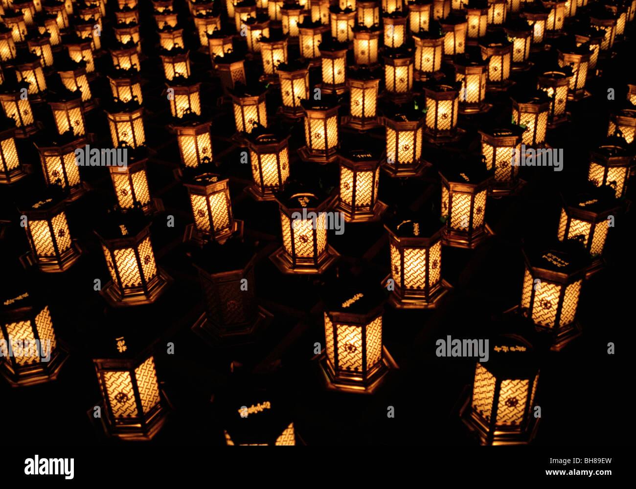 Linternas iluminadas dispuestas en filas, Miyajima, Japón Foto de stock