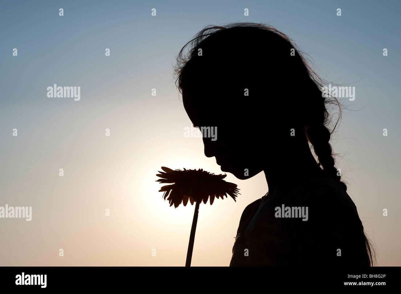 Siluetas Perfil De Un Joven Indígena Sosteniendo Una Flor