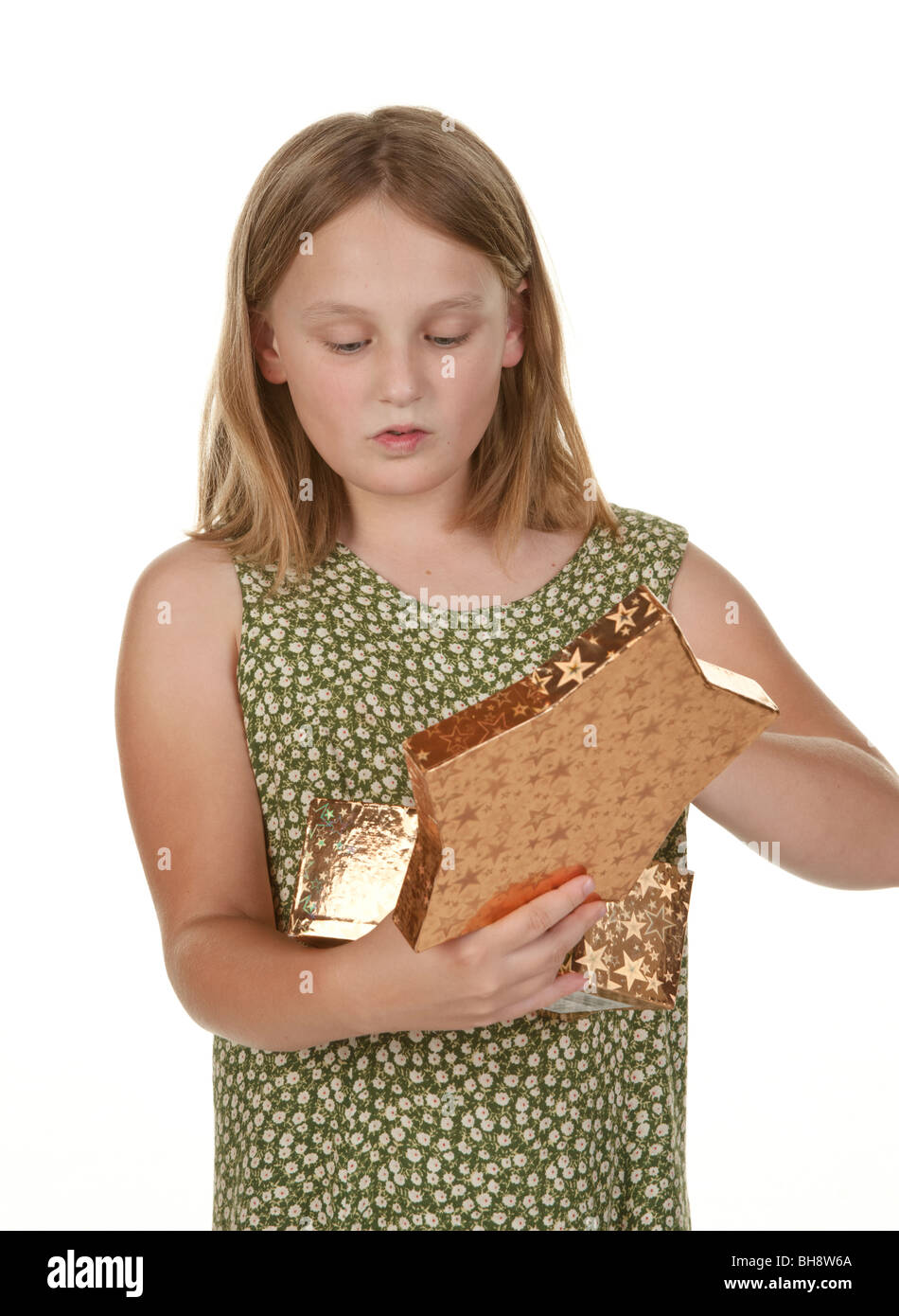 ¿Cuál es aquí niña abre presentes sobre fondo blanco. Imagen De Stock