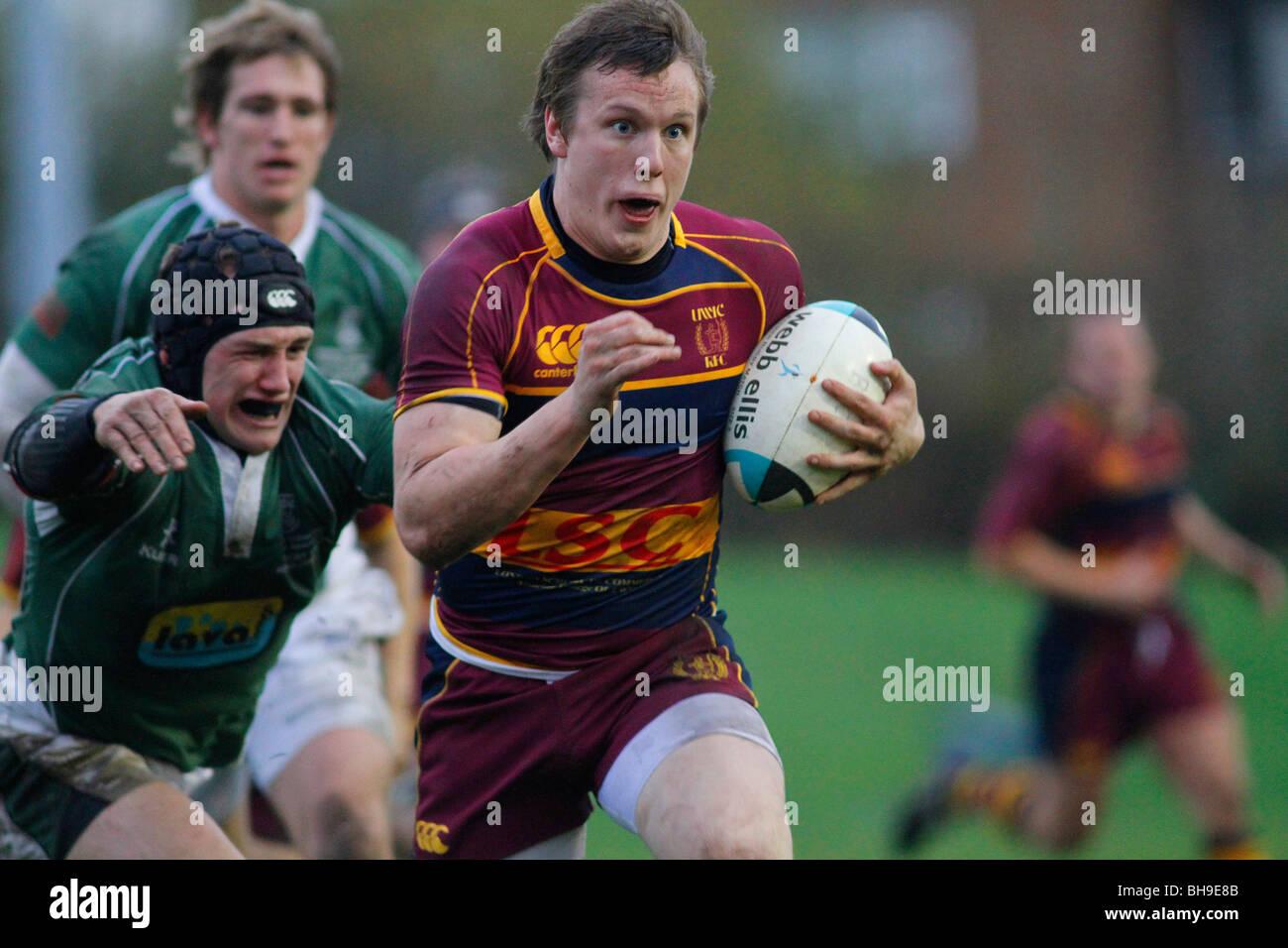 Abordar durante un partido de rugby. Imagen De Stock