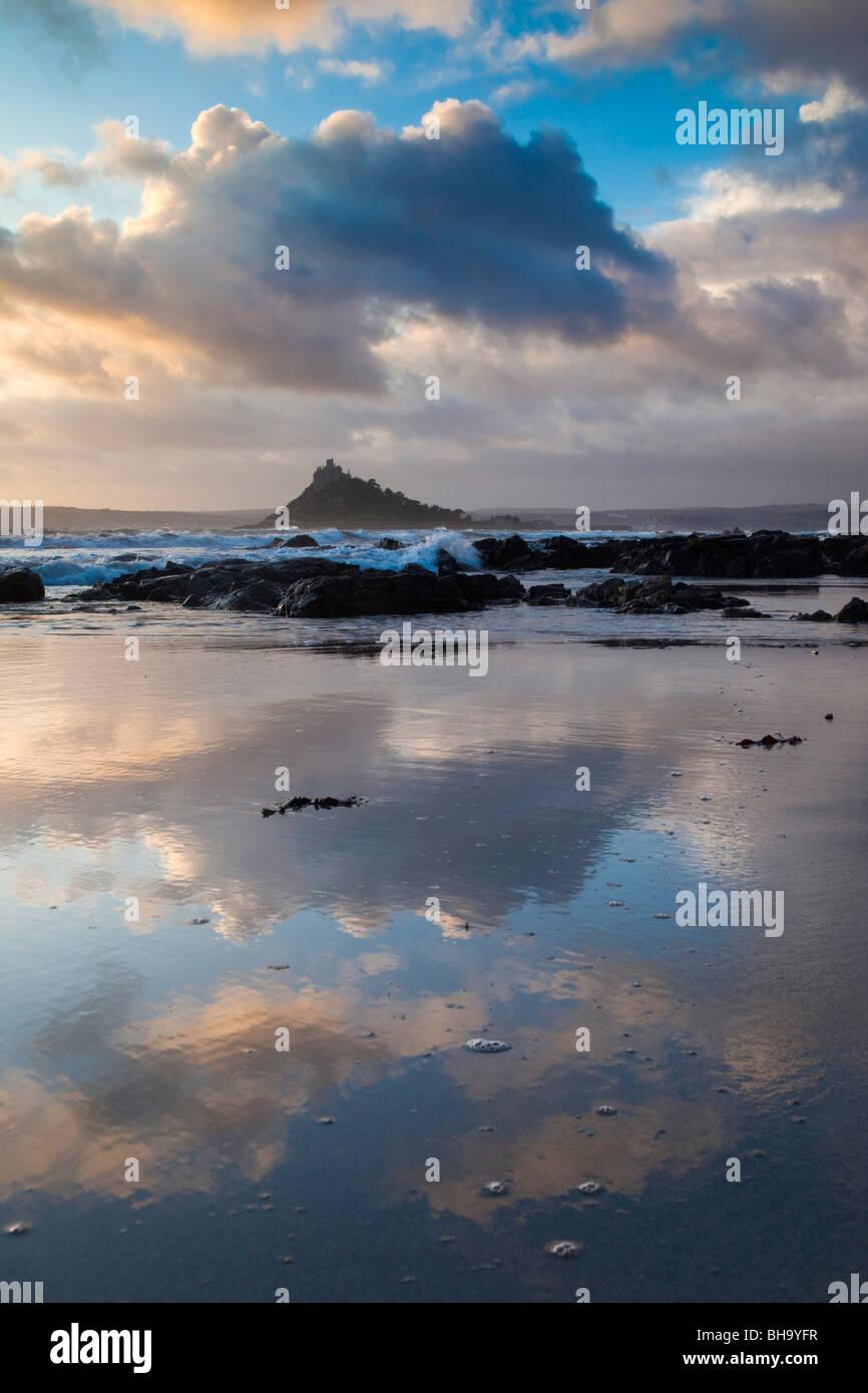St Michael's Mount; desde Trenow Cove; Cornwall Imagen De Stock