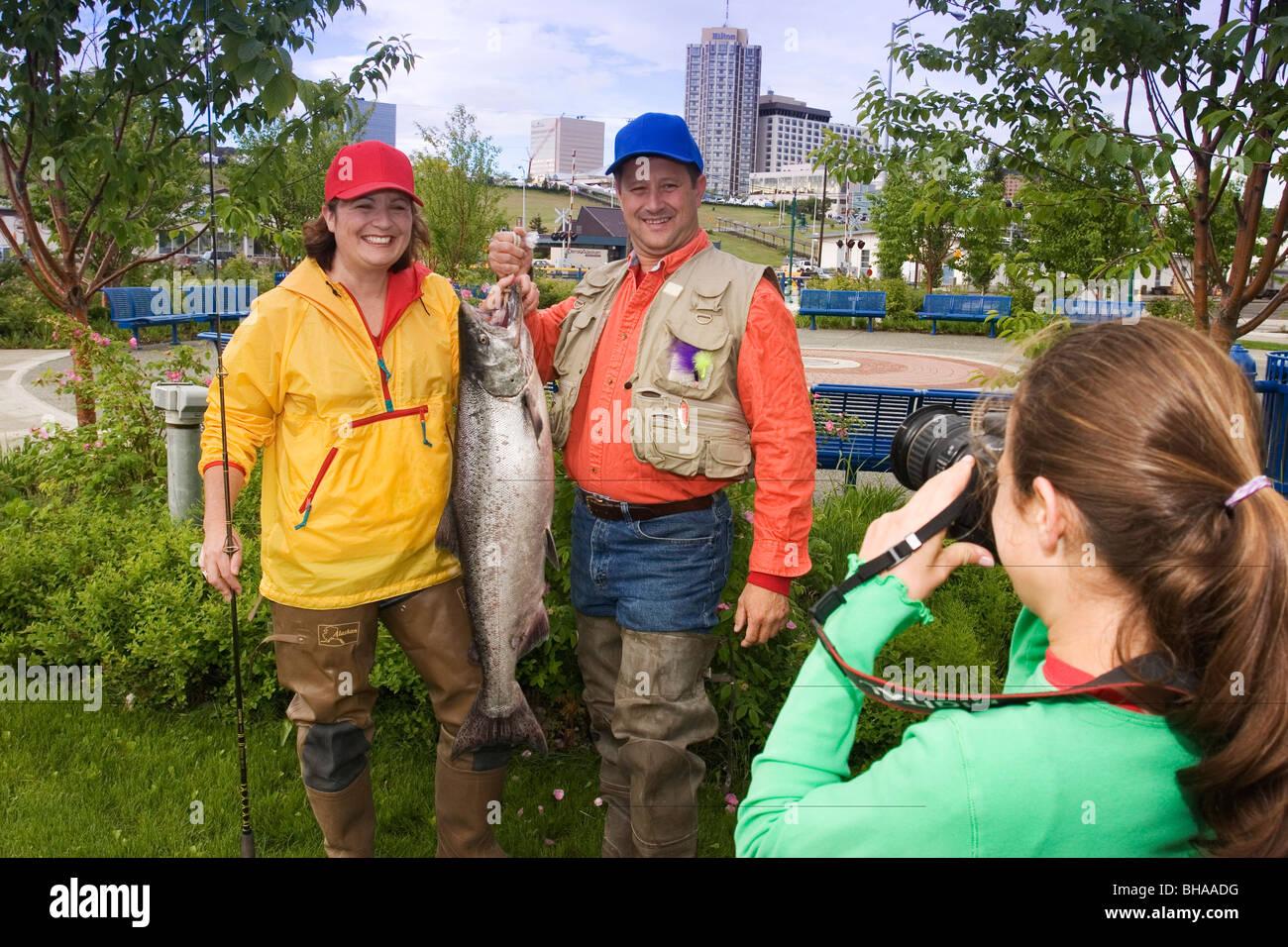 Familia plantea para imagen w/King Salmón capturado AK SC/nShip Crk Anchorage Slam verano'nSalmon Derby Foto de stock