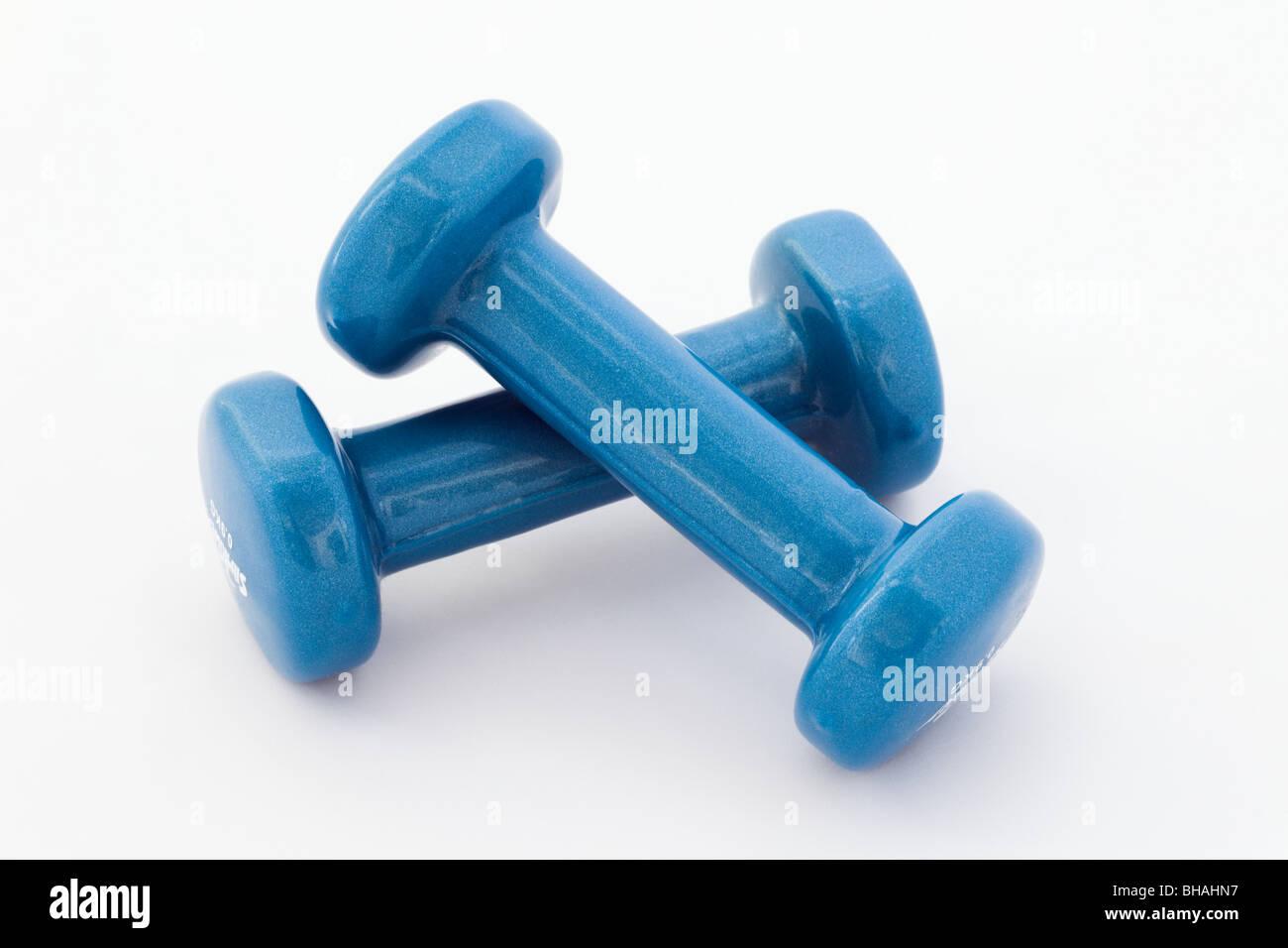 Par de azul pequeño pesa ejercicio pesas cortan y aislado sobre un fondo blanco. Foto de stock