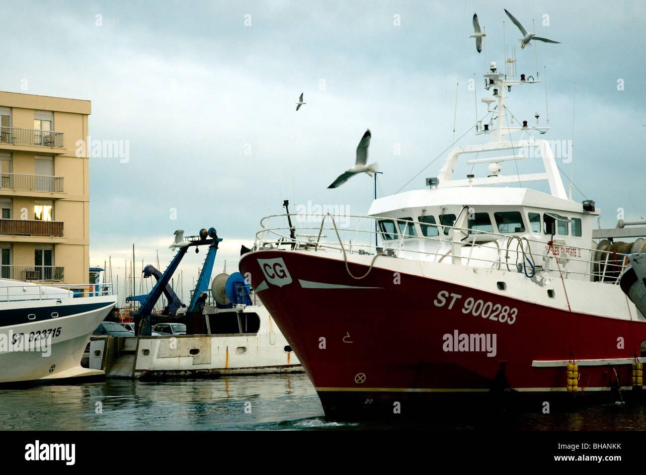 En Sète, Francia, el mayor puerto pesquero del Mediterráneo, un rawler entra en el Canal Real Foto de stock