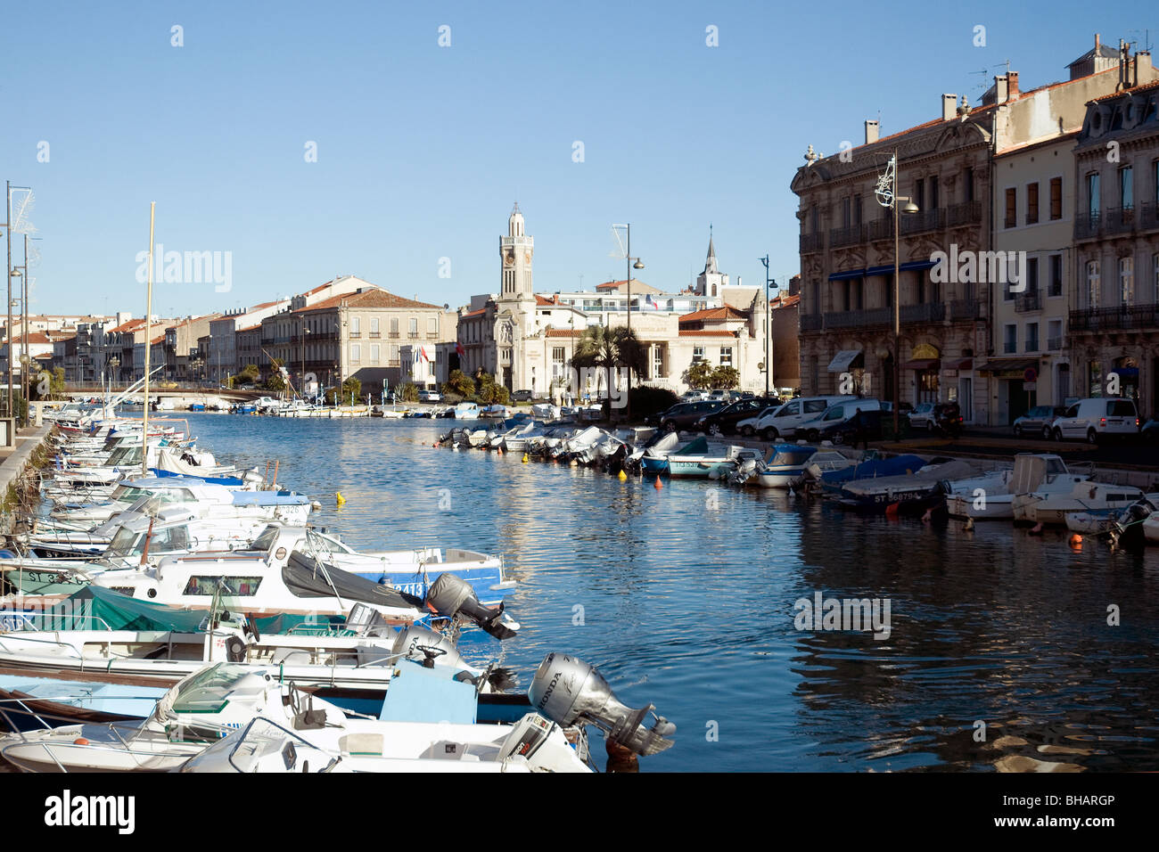 El barco-rayado Royal Canal es la principal vía fluvial en Sète, Francia, el mayor puerto pesquero del Mediterráneo Foto de stock