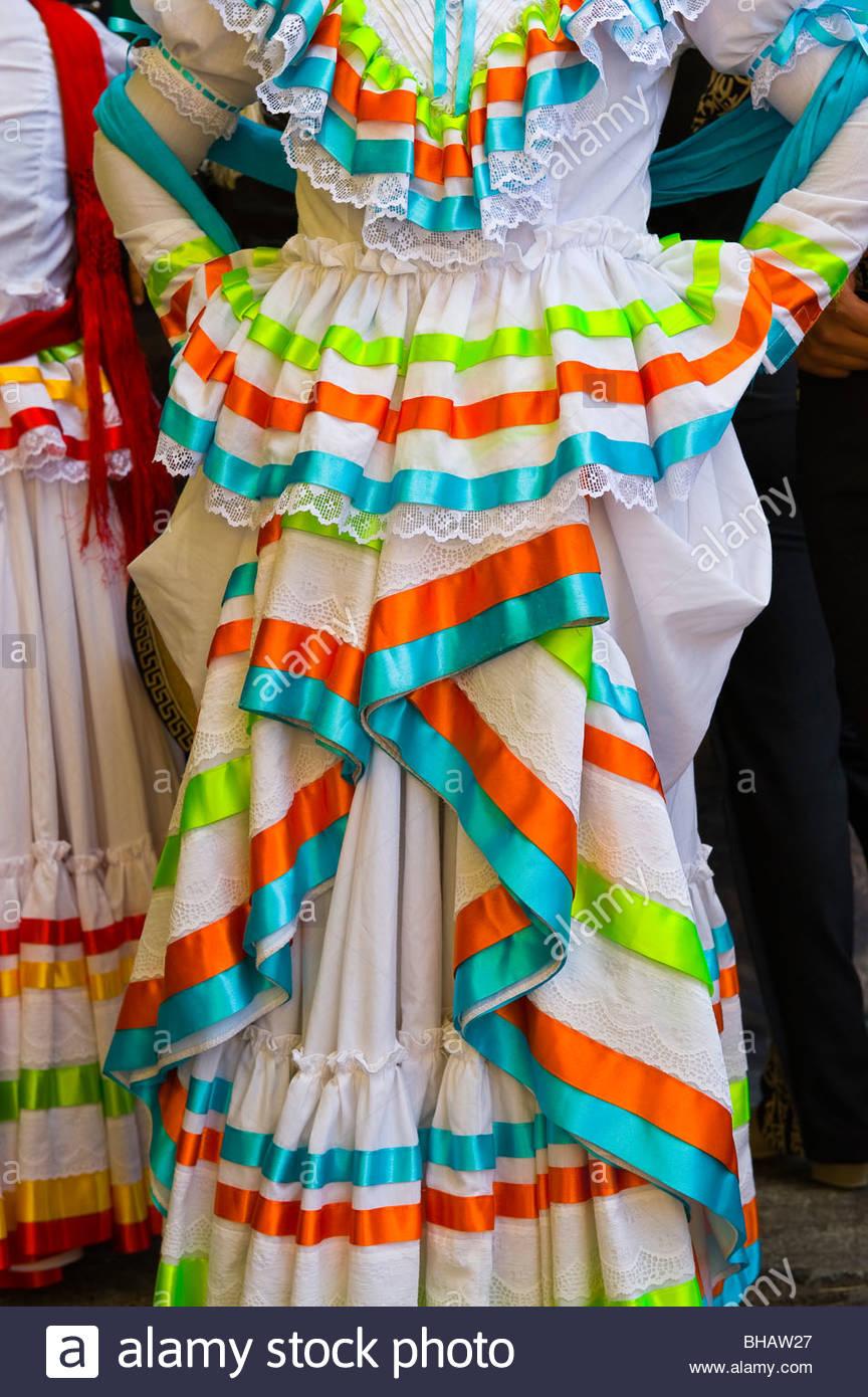 Bailarines Mexicanos En Traje Durante La Folklórica En La