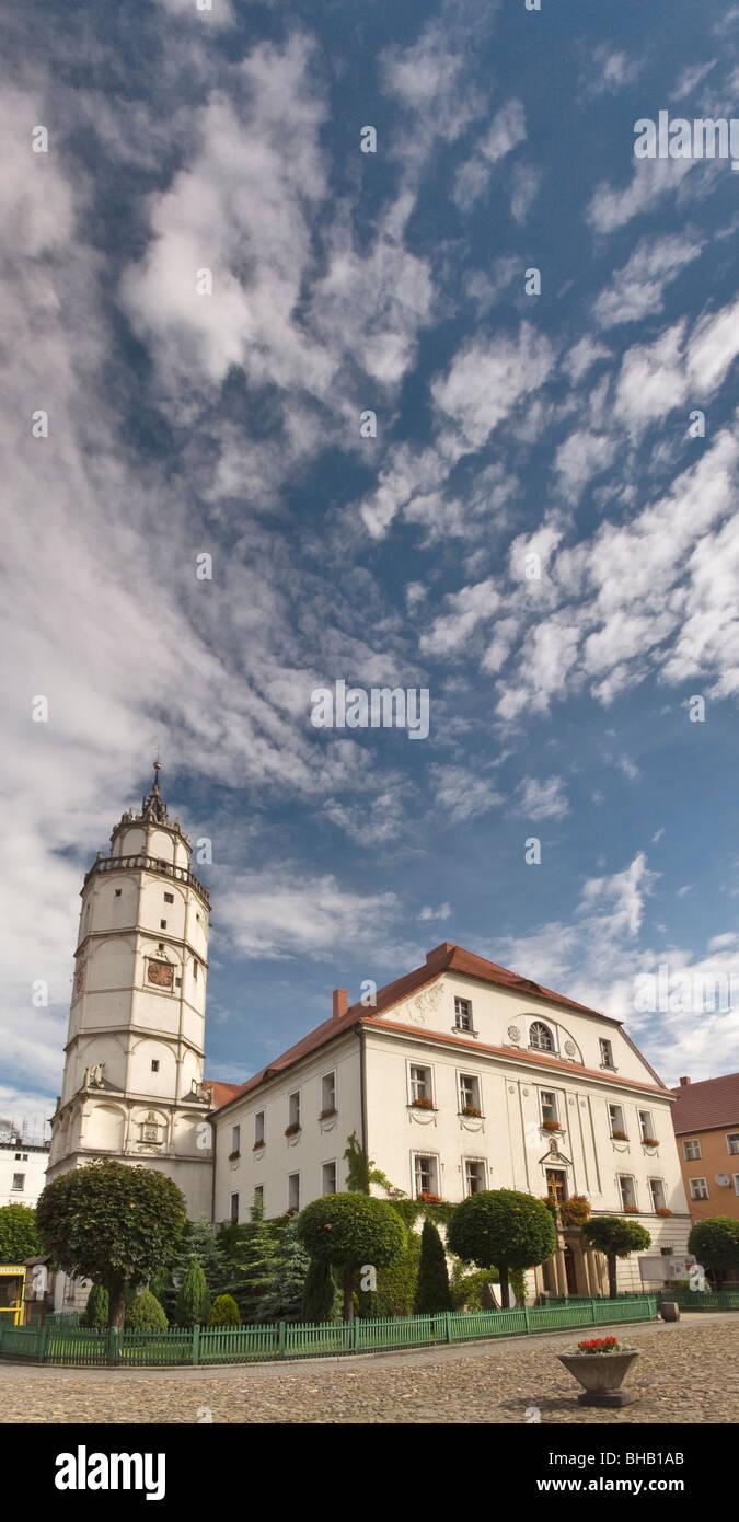 Ayuntamiento en el Rynek (Plaza del Mercado) en Paczków, Opolskie, Polonia Foto de stock