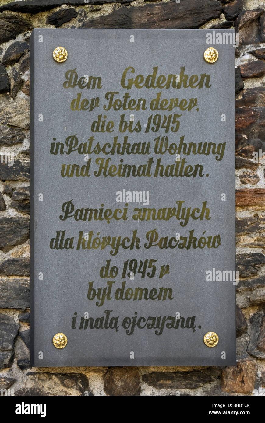 Placa conmemorativa de la población alemana expulsados después de WW2 en la Iglesia de San Juan Evangelista, Opolskie Paczków, Polonia Foto de stock