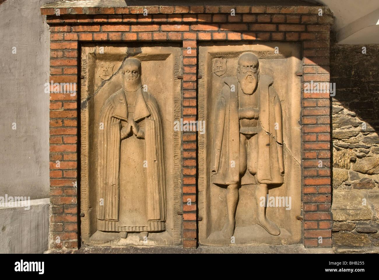 Epitafios en la pared de la Iglesia de San Juan Evangelista, Opolskie Paczków, Polonia Foto de stock