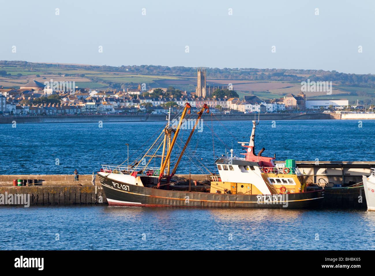 Arrastrero haz PZ-137 Twilight III en Newlyn Harbour, Cornwall. Penzance es visible en el fondo. Foto de stock