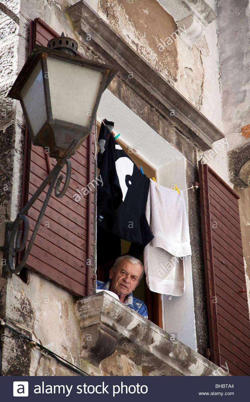 Croacia Croacia casa Europa derechos humanos Istria hombre mirando su ventana Mediterráneo ancianos jubilados Imagen De Stock