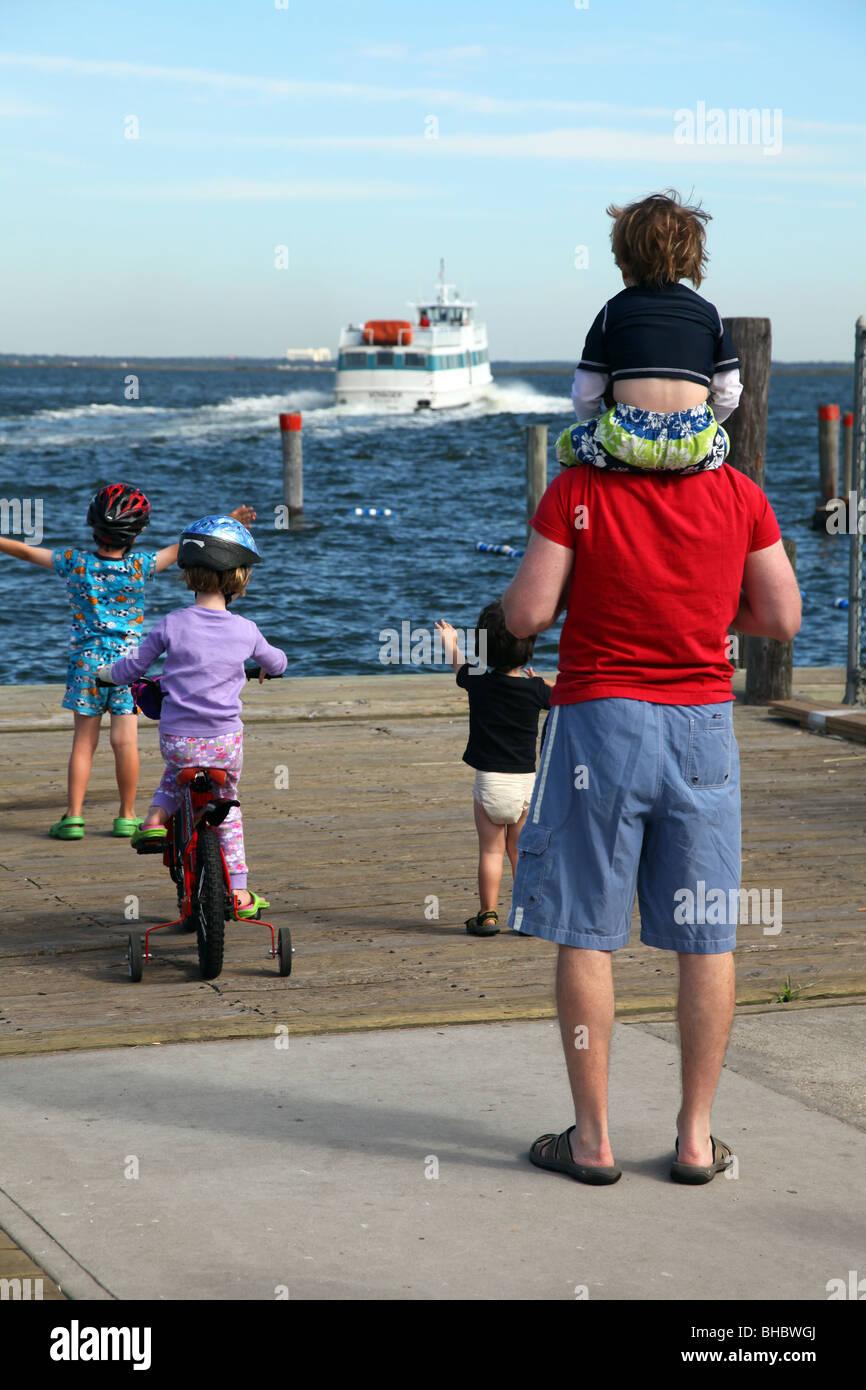 La despedida de la familia, partiendo de un ferry, Puerto justo, Fire Island, NY, EE.UU. Imagen De Stock