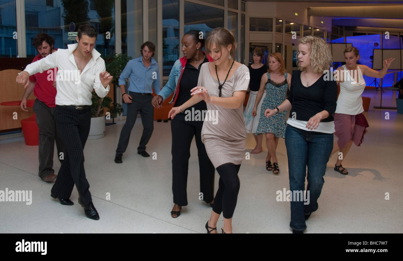 París, Francia, el Grupo de los adolescentes para aprender a bailar salsa, baile en línea, con instructor Imagen De Stock