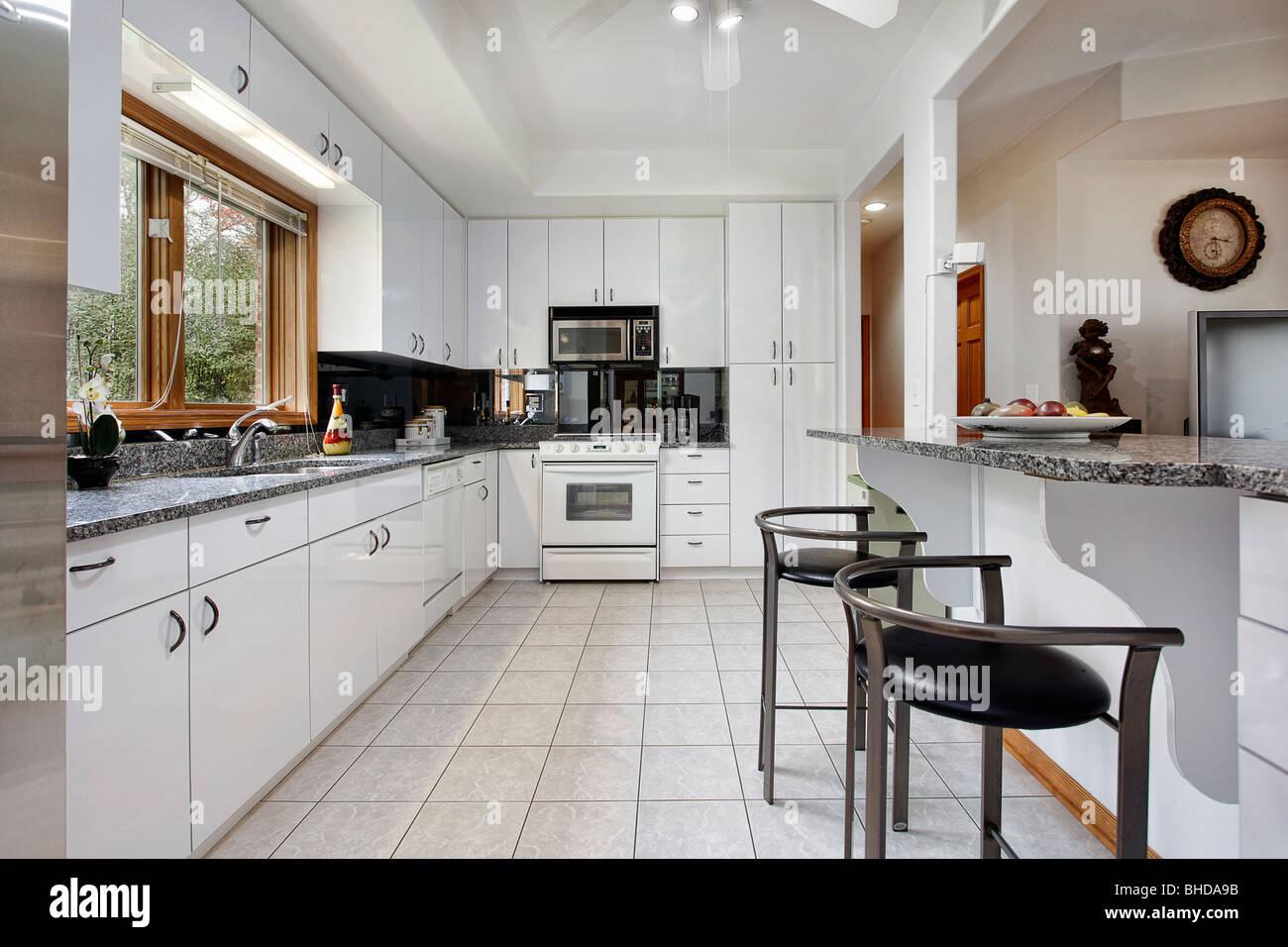 Cocina en casa de lujo con muebles blancos Foto & Imagen De ...