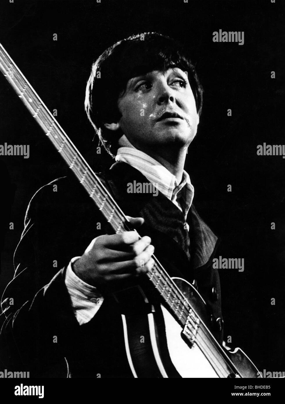 Paul McCartney, * 18.6.1942, cantante y músico británico, (los Beatles) de longitud media, cantando en concierto, Foto de stock