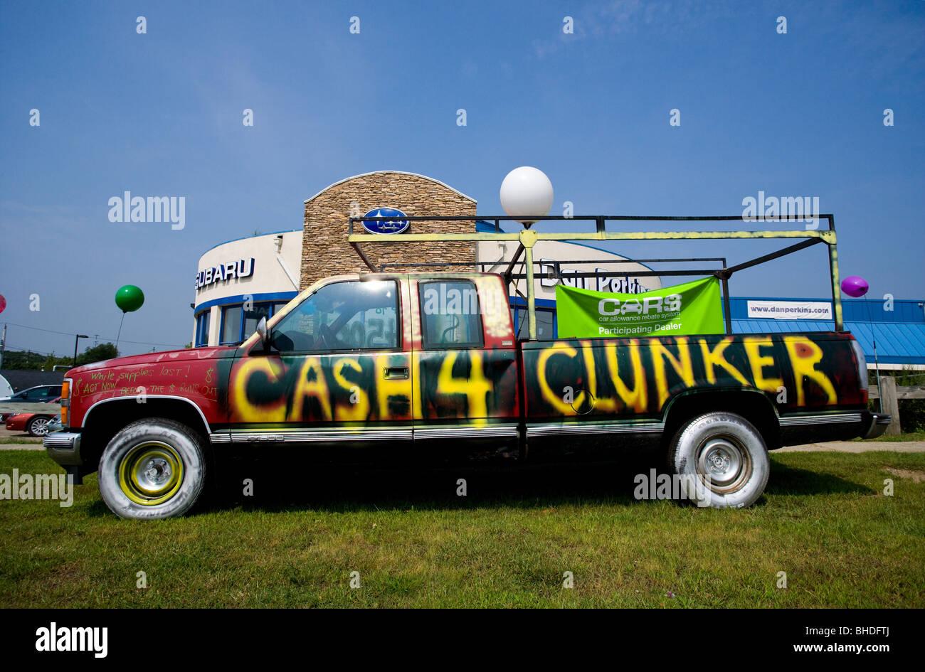 Un efectivo para Clunkers car en Milford Connecticut delante de un concesionario Imagen De Stock
