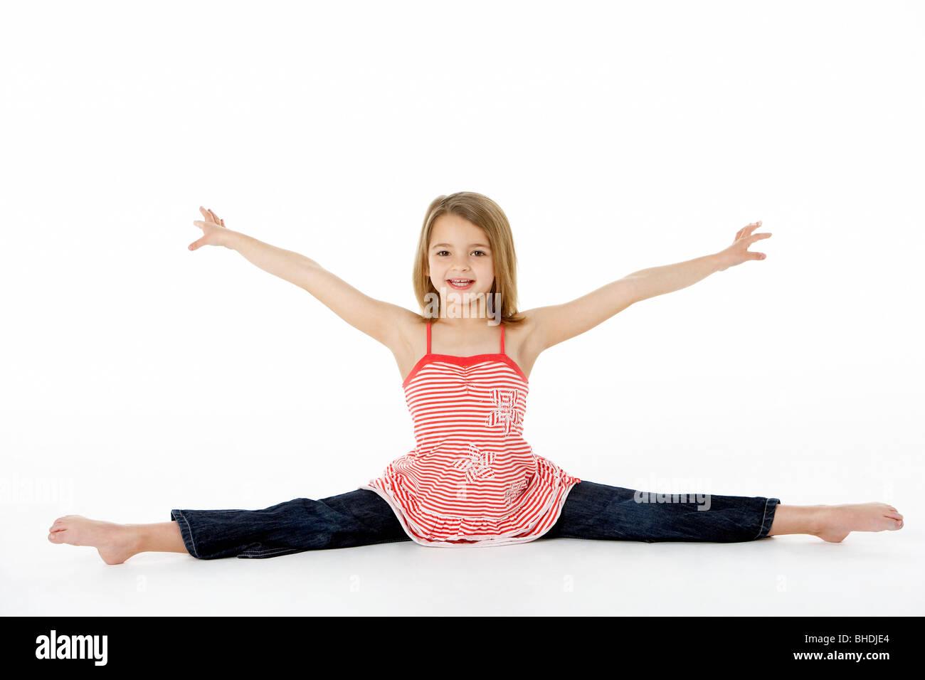 Muchacha con pose de gimnasia haciendo divisiones Imagen De Stock