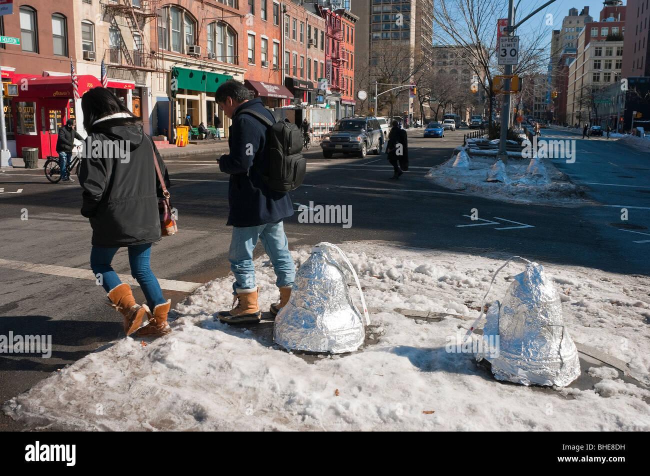 Bolardos de tráfico envuelto en papel de aluminio para parecerse a Hershey's Kisses marcar el Día Imagen De Stock