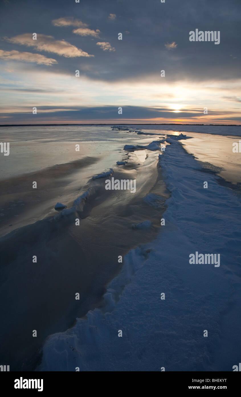 Cresta de presión y una larga grieta en el hielo marino en el Mar Báltico, Golfo de Botnia , Finlandia Foto de stock