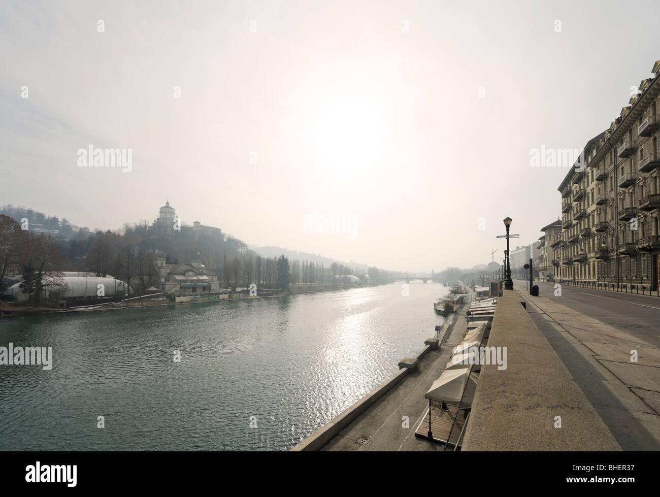 El río Po de la Lungopo Armando Diaz mirando hacia el Ponte Umberto I, de Turín, Piamonte, Italia Foto de stock