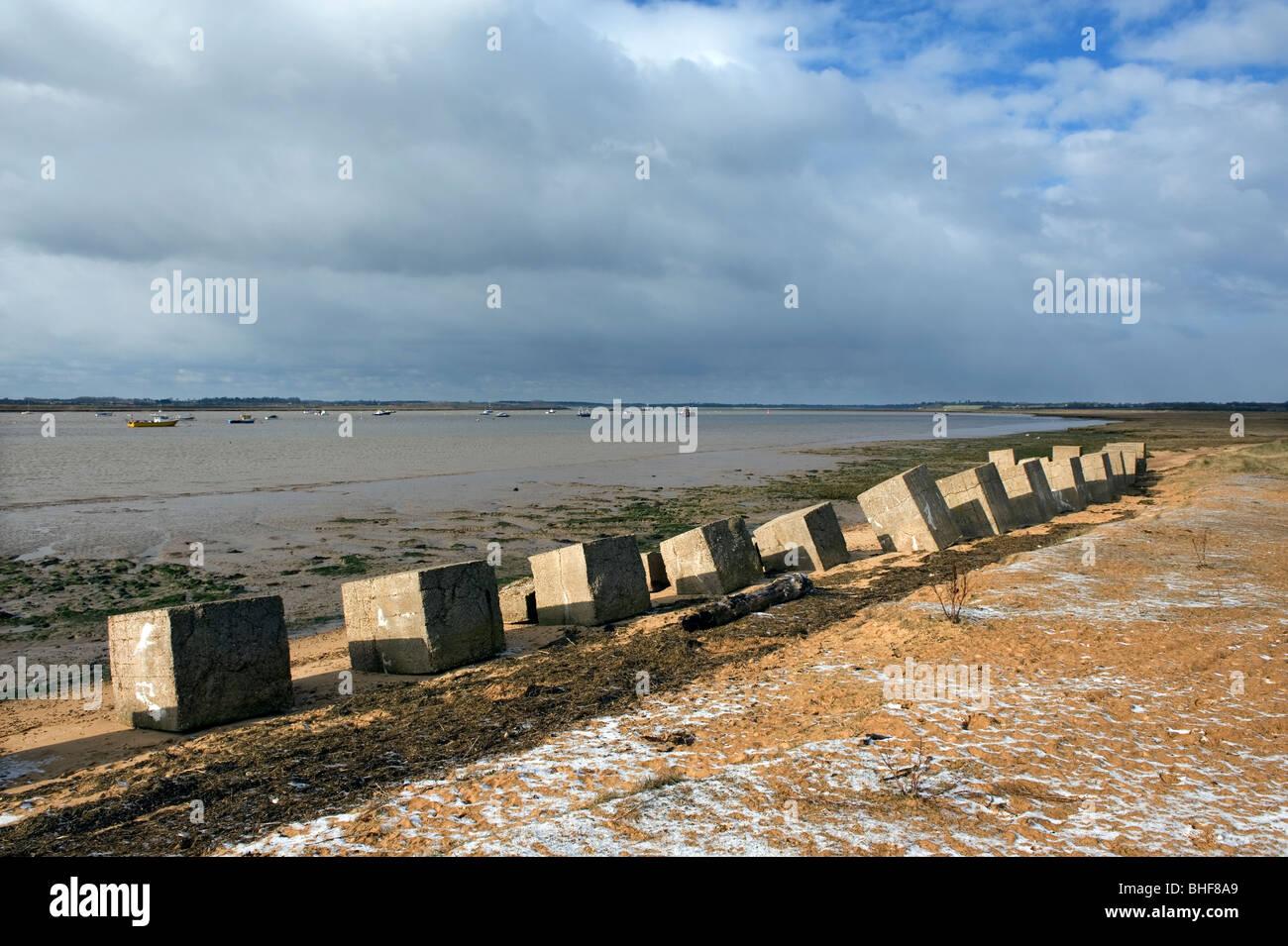 Bawdsey muelle sobre el río deben, en Suffolk, Inglaterra, Reino Unido. Los dientes del dragón colocada Imagen De Stock