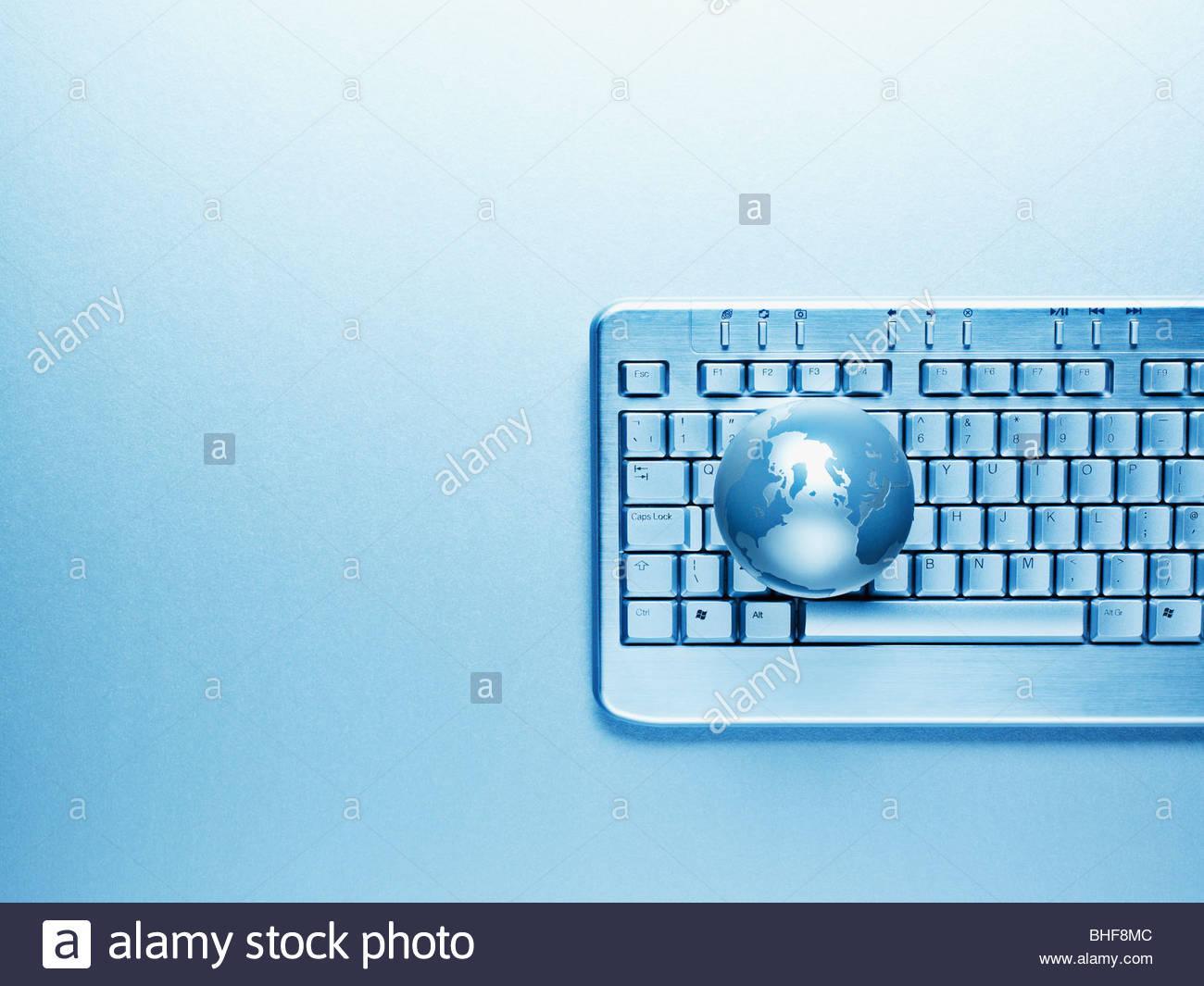 Teclado de ordenador y globe Imagen De Stock