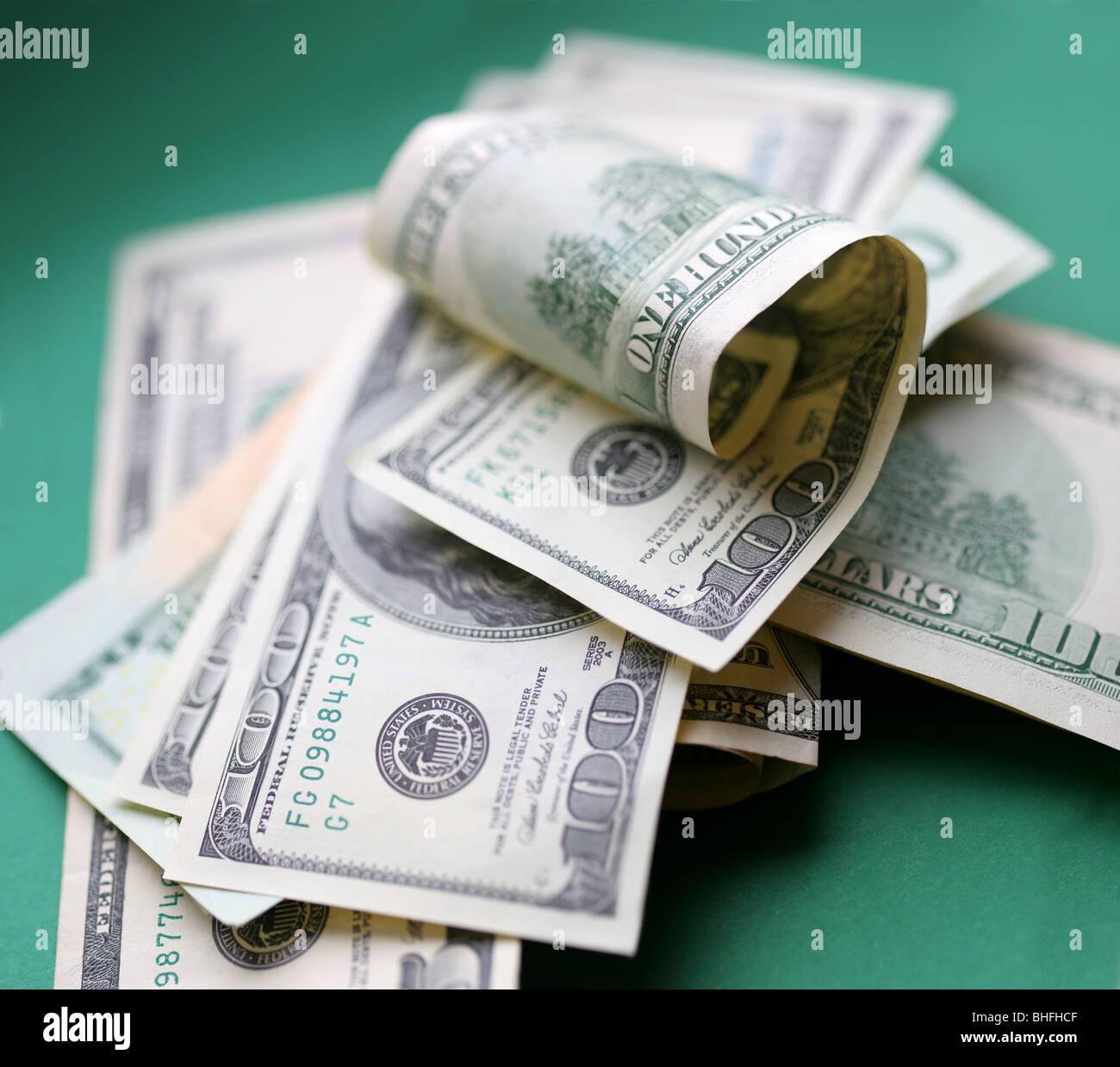 Dólares. Alguna pieza de dinero sobre fondo verde. Imagen De Stock