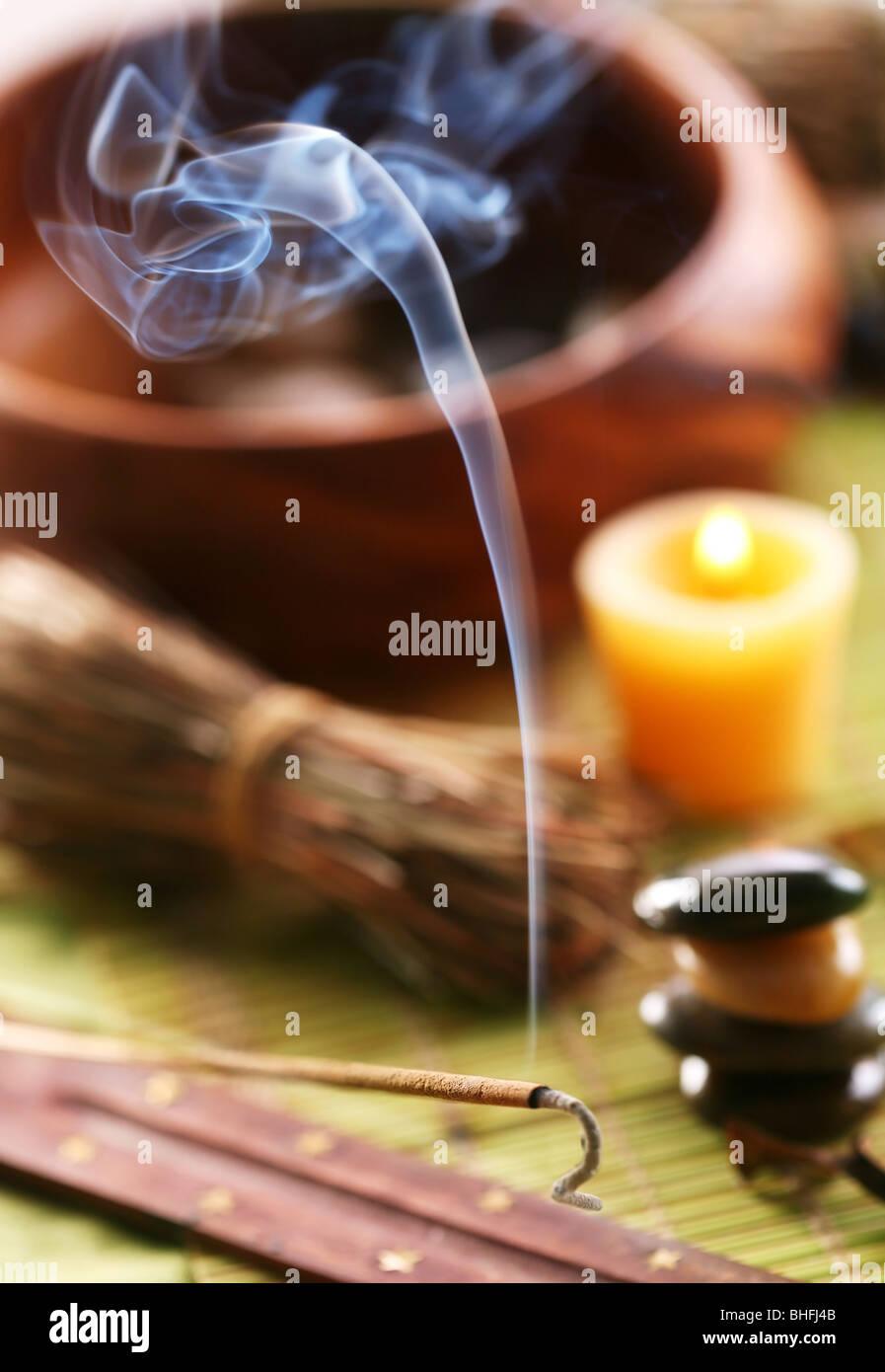 Bodegón con aroma palos en el salón spa. Imagen De Stock