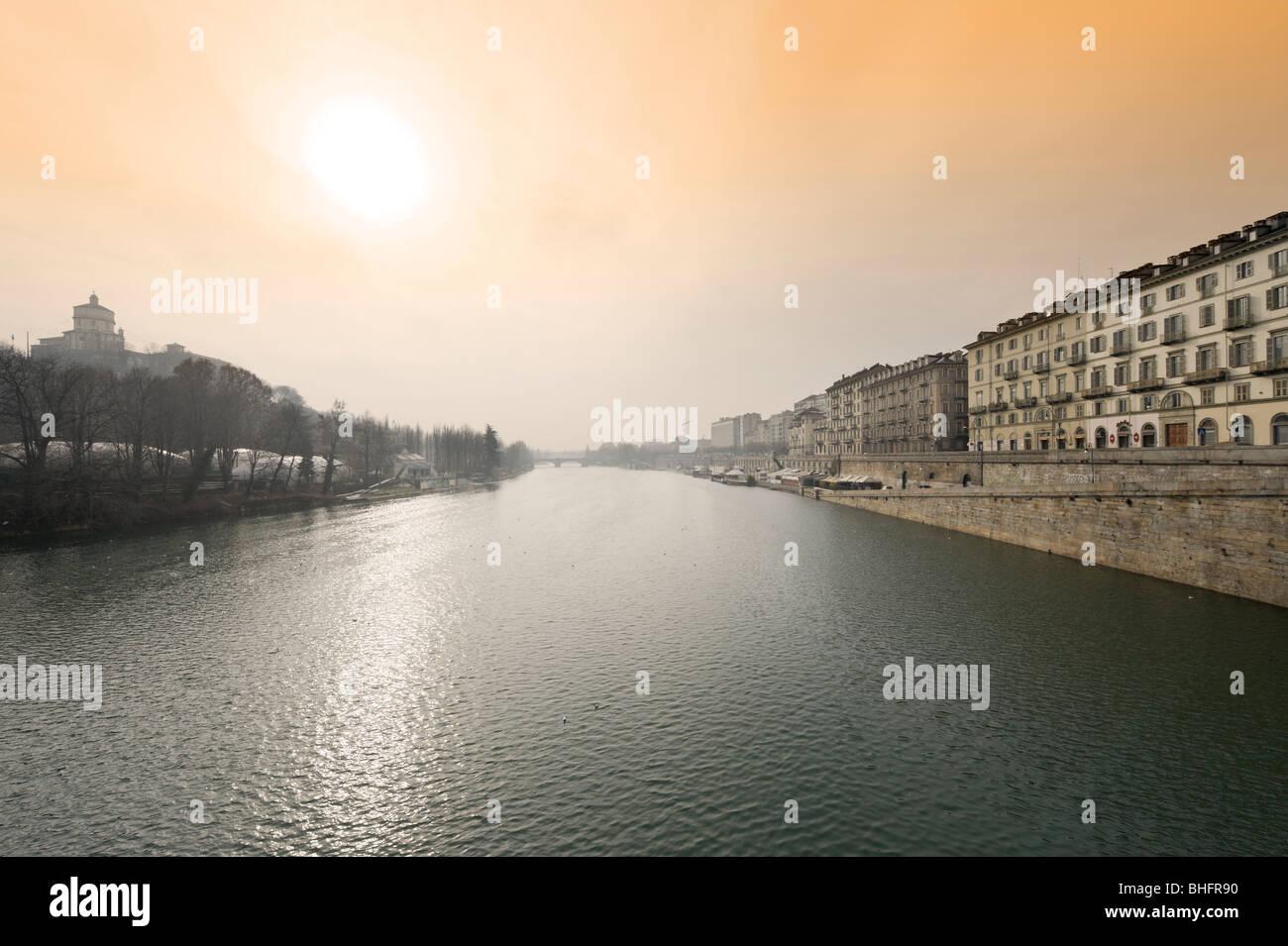 El río Po desde el Ponte Vittorio Emanuele I mirando hacia el Ponte Umberto I, de Turín, Piamonte, Italia Foto de stock