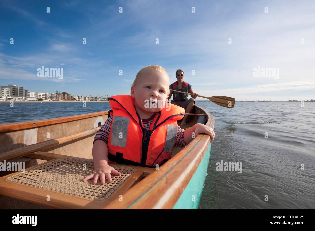 Una niña y su madre piragüismo en la Bahía de San Diego, San Diego, California, EE.UU. Foto de stock