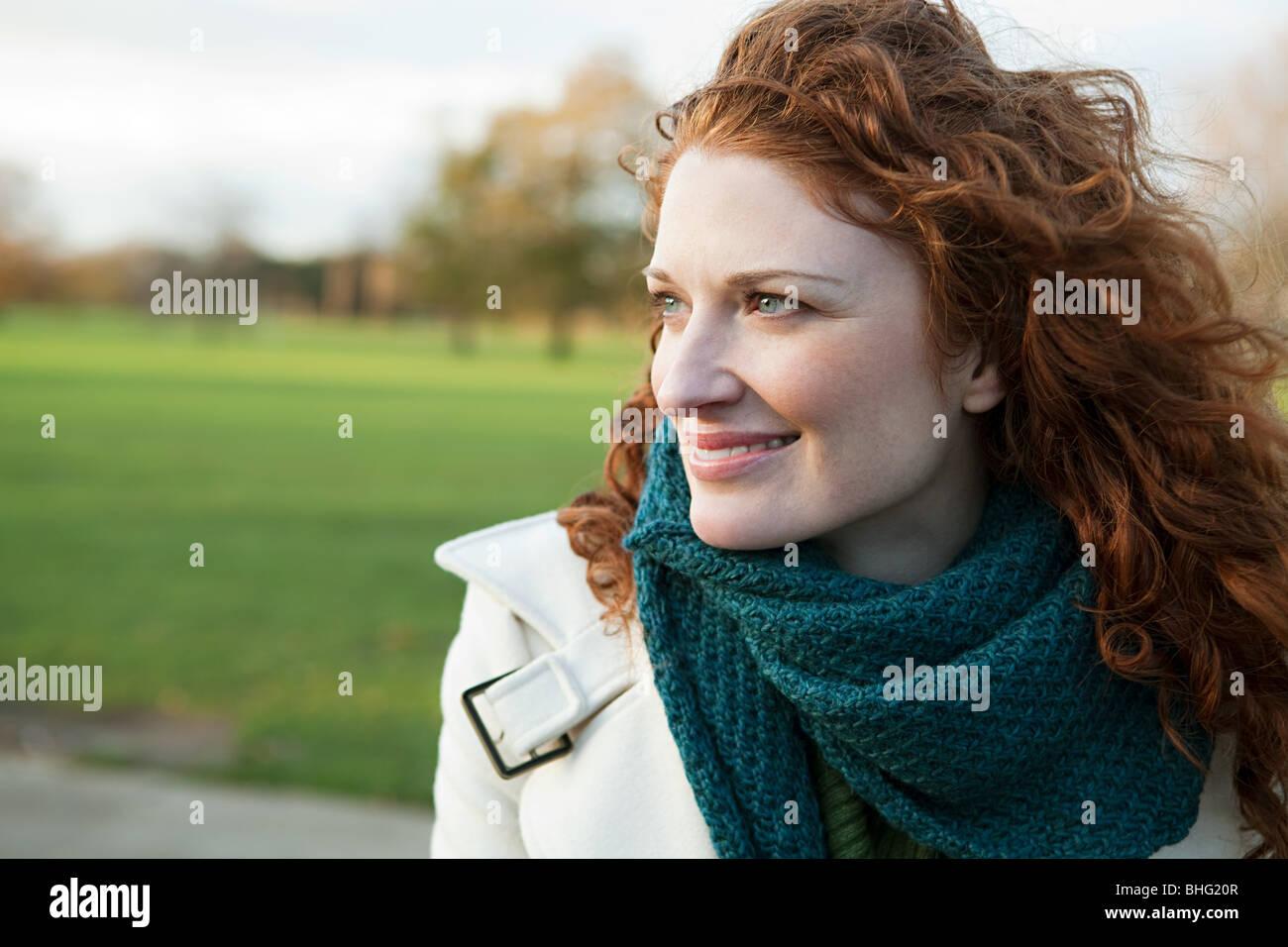 Retrato de una mujer de pelo rojo sonriente Imagen De Stock