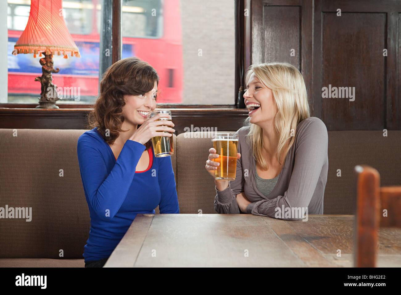 Las mujeres jóvenes en bares Imagen De Stock