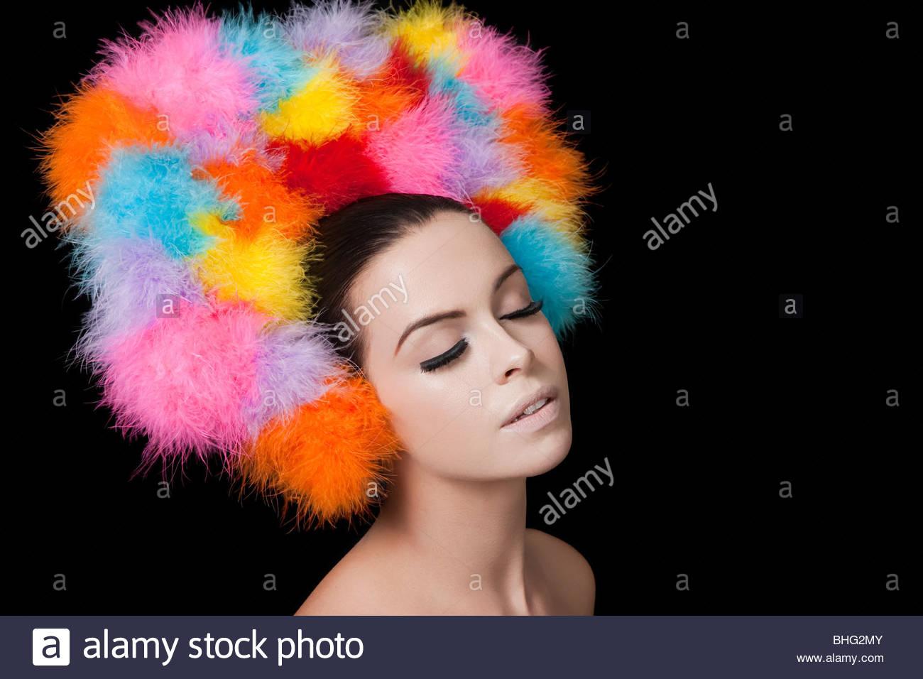 Joven mujer vistiendo coloridos sombreros Imagen De Stock