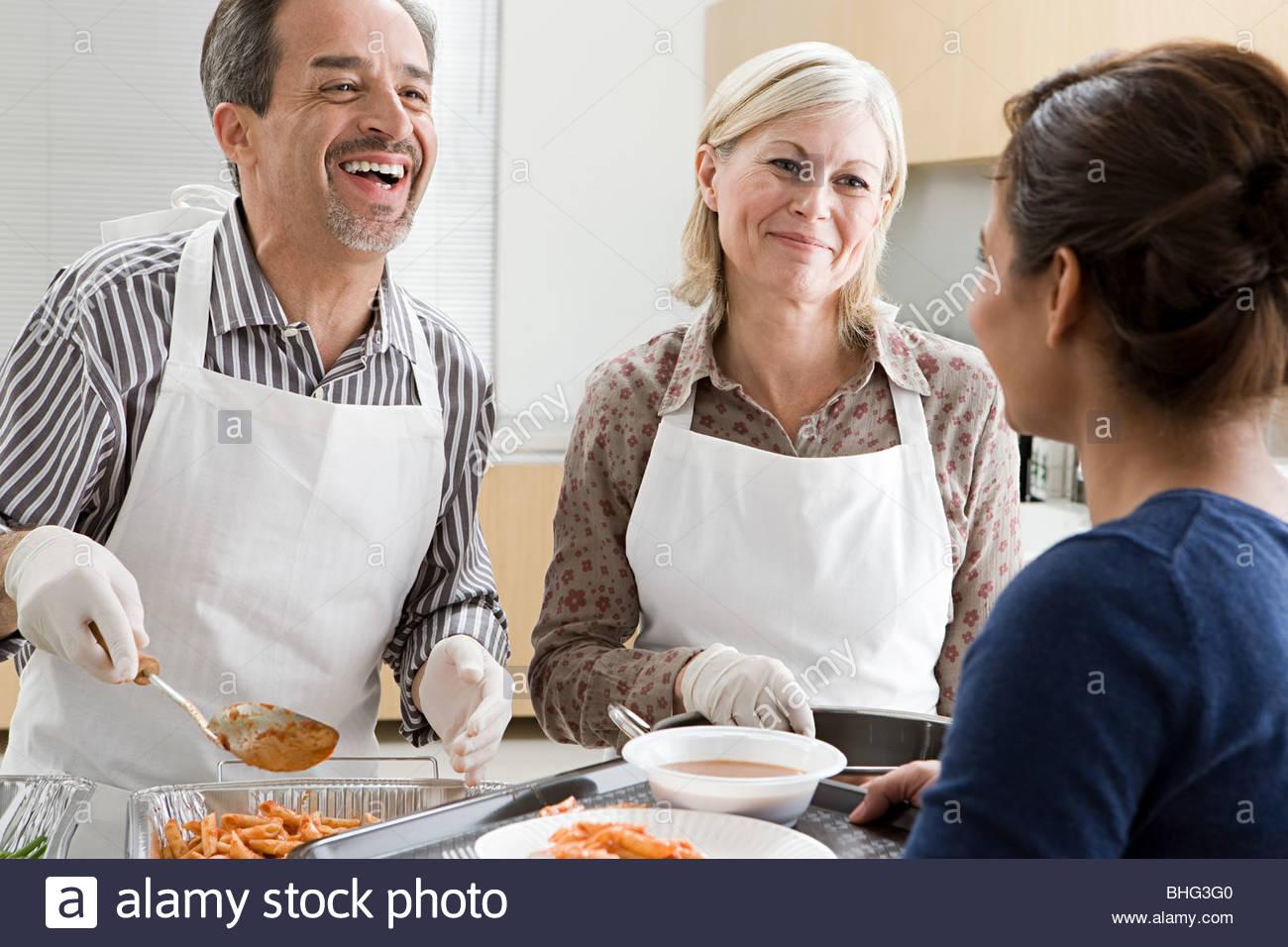 Voluntarios en sopa de cocina Foto & Imagen De Stock: 28013552 - Alamy
