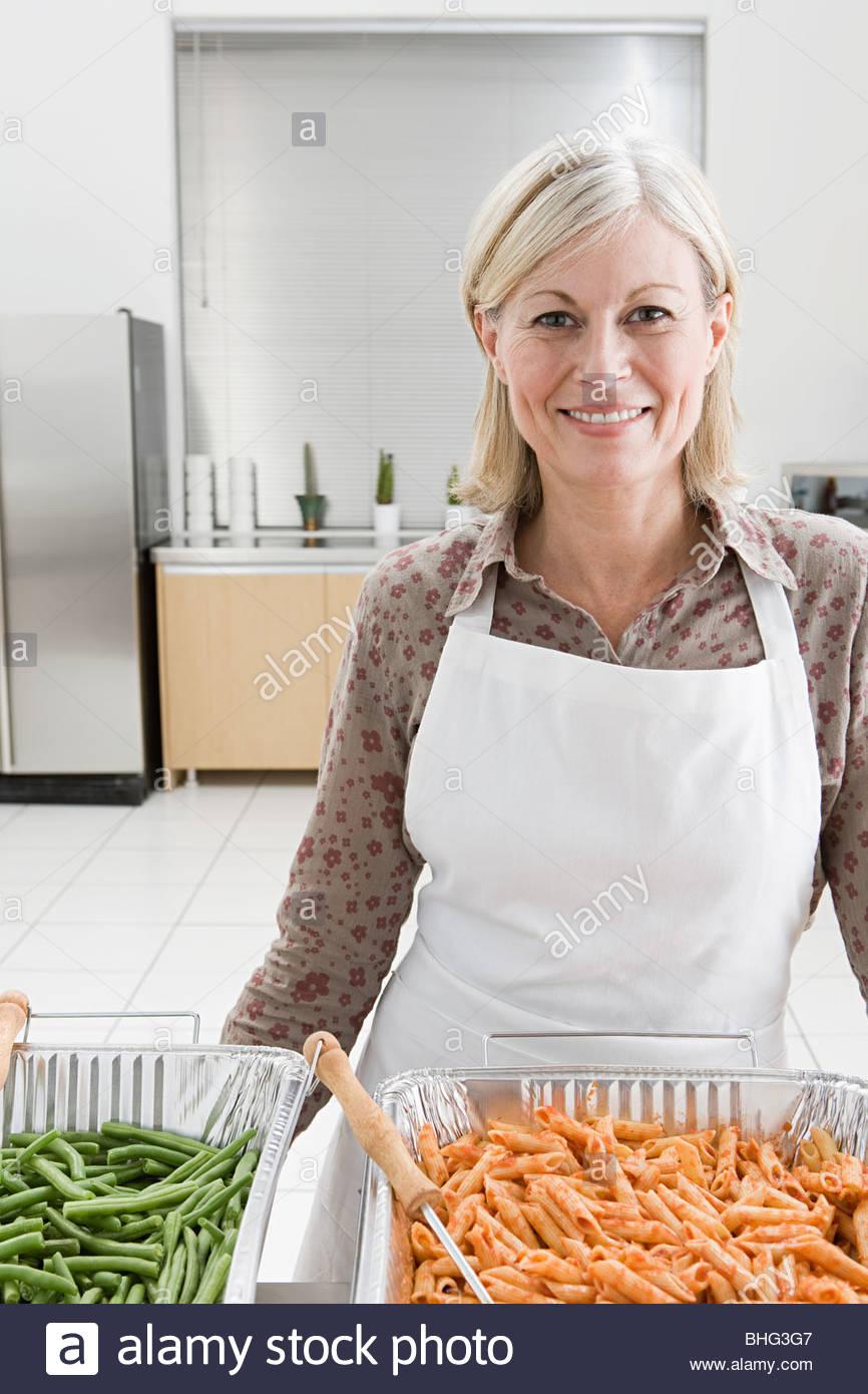 Mujer voluntariado en sopa de cocina Foto & Imagen De Stock ...