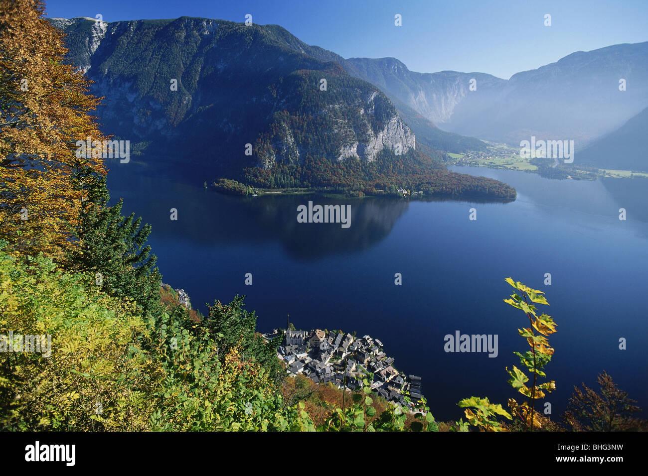 Geografía / viajes, Austria, Salzkammergut, paisajes, vistas de la Hallstaedter Ver (lago) con Obertraun y Imagen De Stock