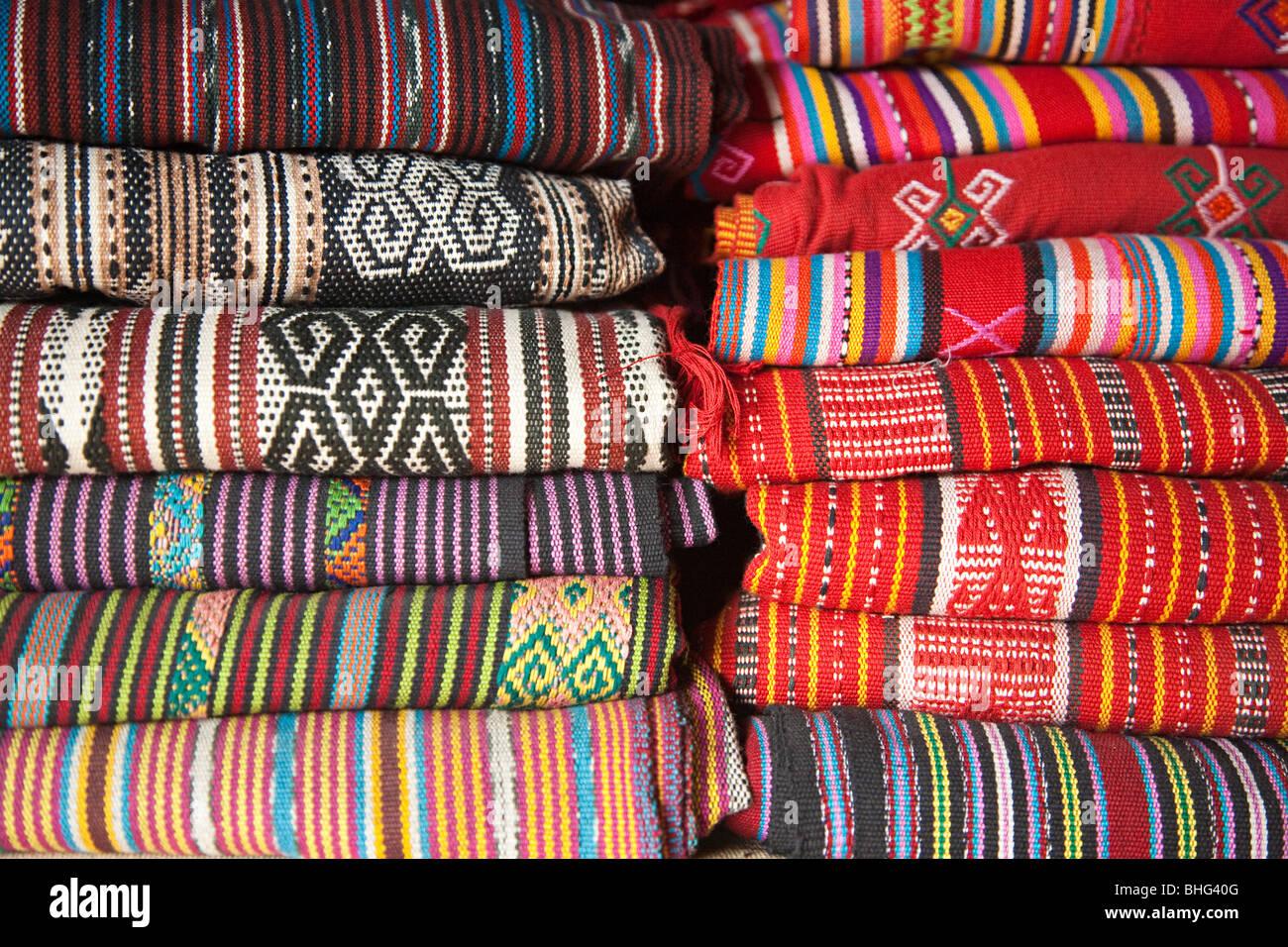 Tais tela en mercado tradicional en Dili, Timor oriental Foto de stock