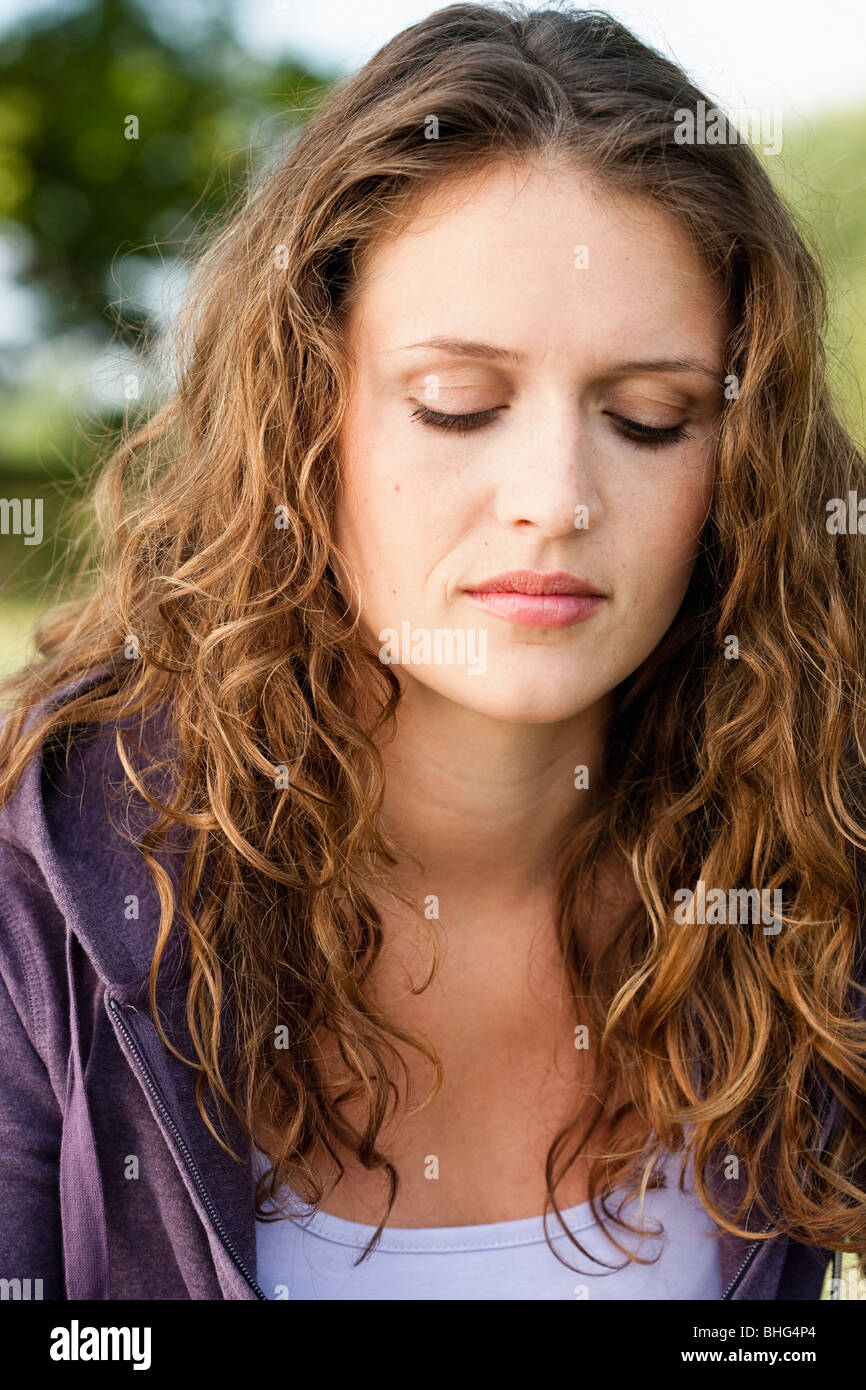 Mujer joven en estacionamiento Imagen De Stock