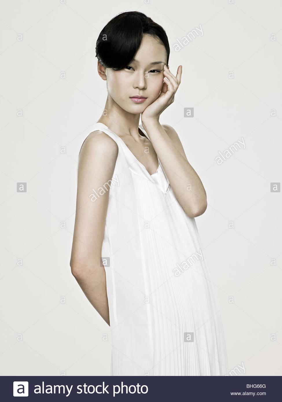 Joven mujer asiática tocando su ojo Imagen De Stock