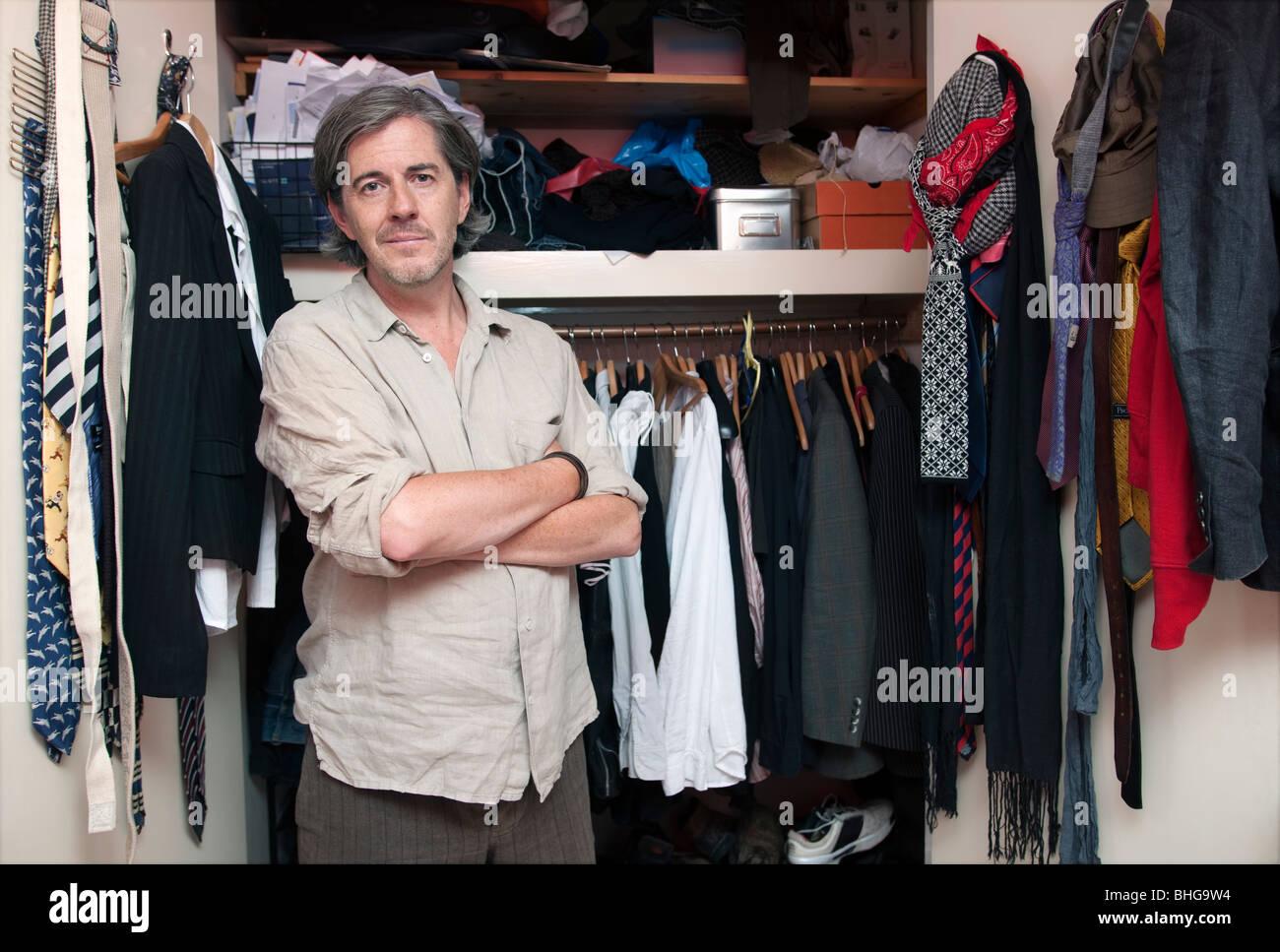 Hombre delante del armario Foto de stock