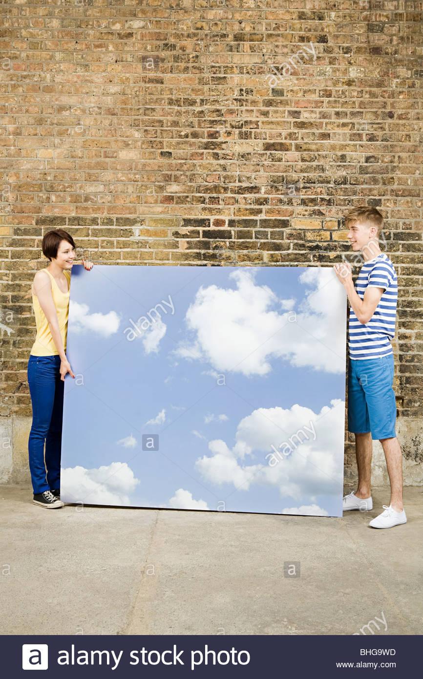Pareja joven con sky y cloud telón de fondo Imagen De Stock