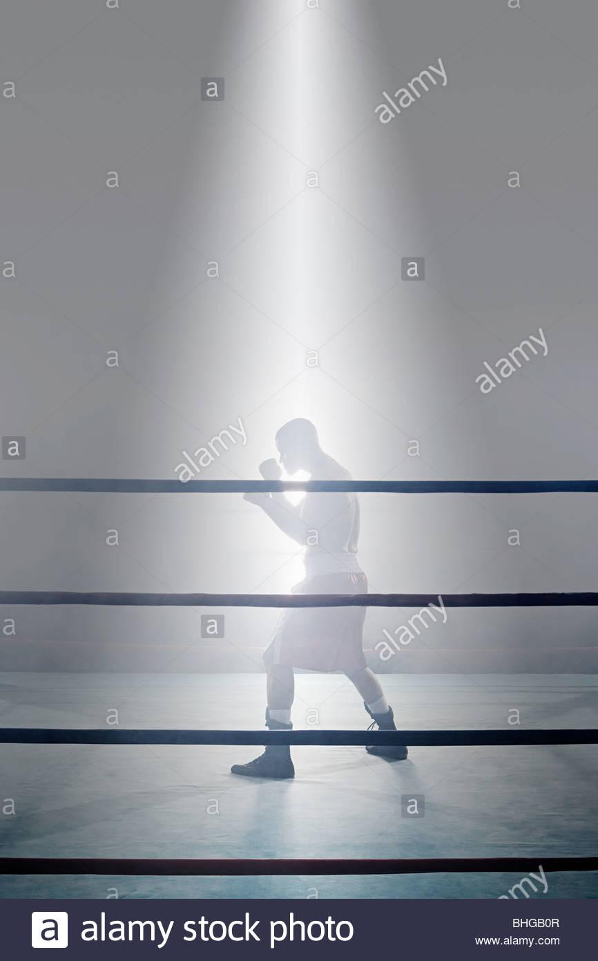 El boxeador en el cuadrilátero de boxeo Imagen De Stock