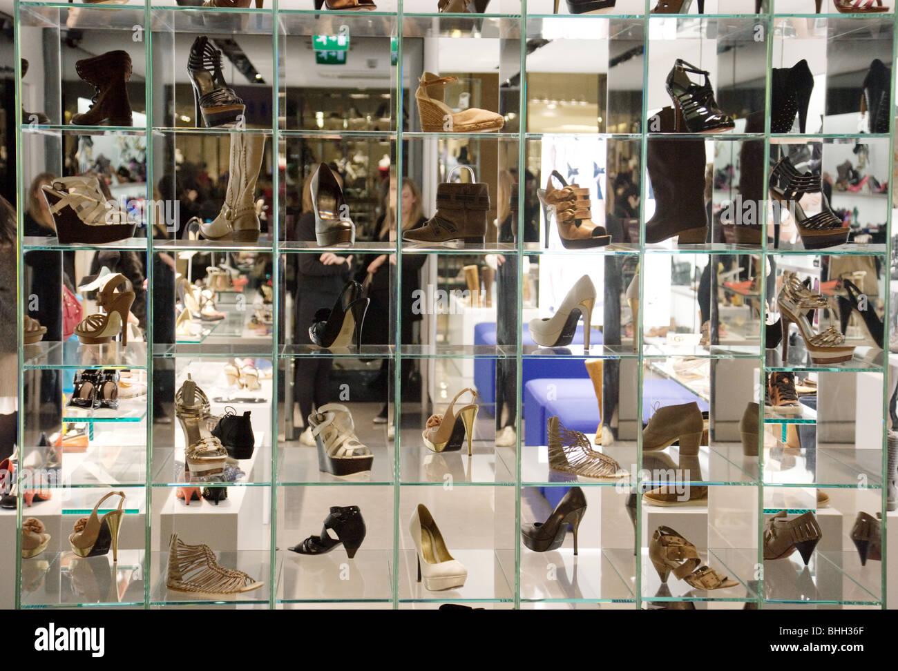 c4e64242884 Shoe Shop Shoes Display Imágenes De Stock & Shoe Shop Shoes Display ...
