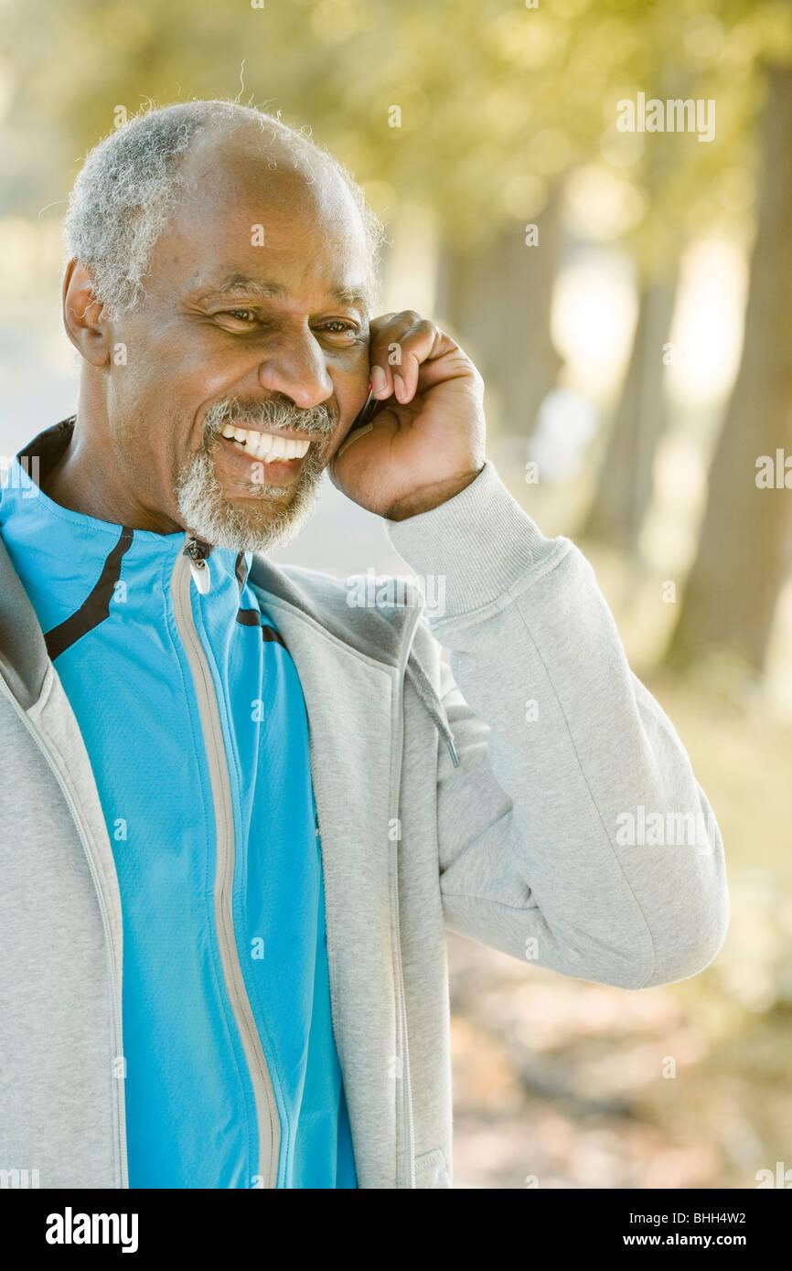 El hombre superior mediante un teléfono móvil, Suecia. Imagen De Stock