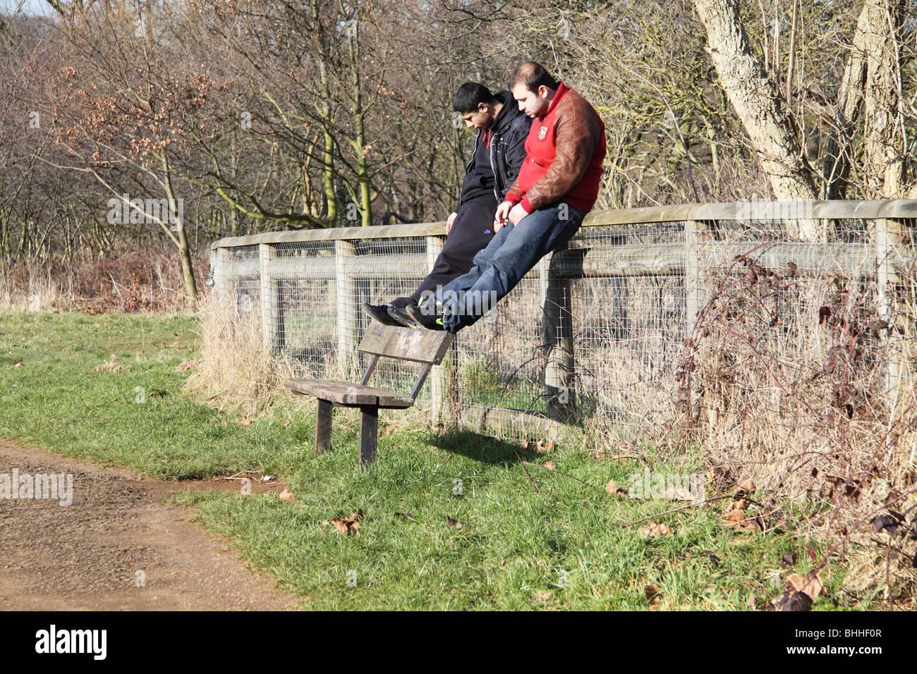Hastío: el aburrimiento. Dos hombres jóvenes con el tiempo colgando pesada en sus manos. Imagen De Stock