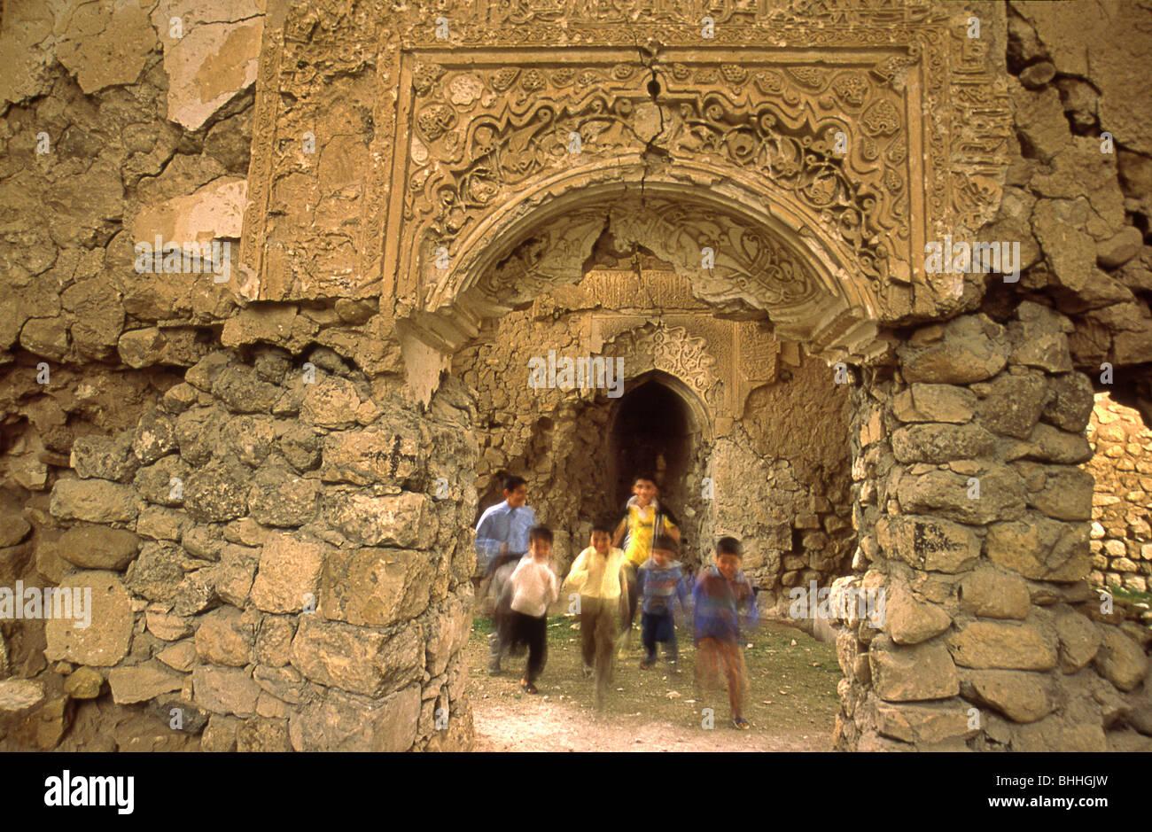 Ninos Jugando Alrededor De Las Antiguas Ruinas De Hasankeyf Turquia