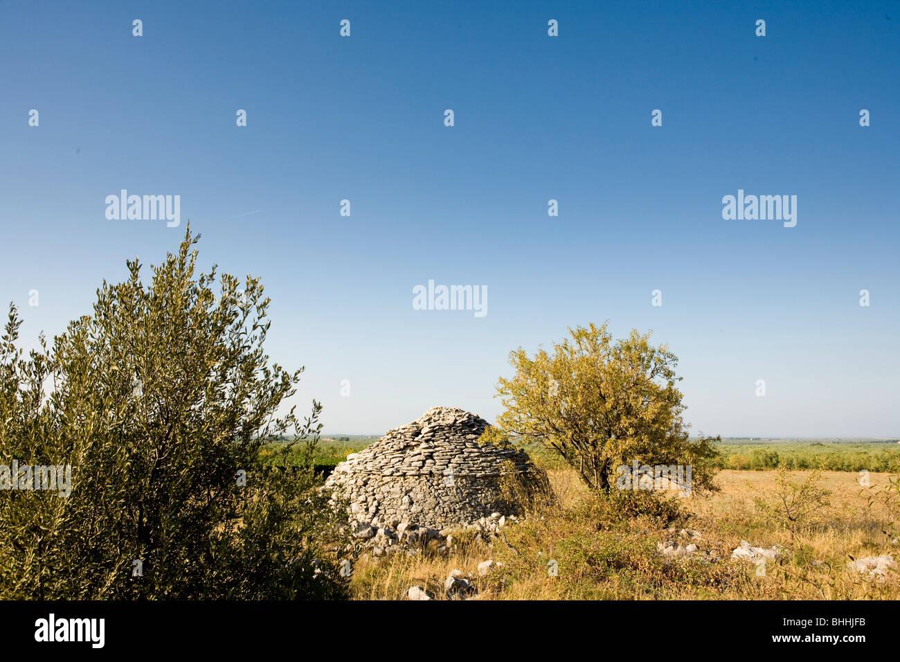 Trullo en campo a Lama di Luna, Puglia, Italia Imagen De Stock