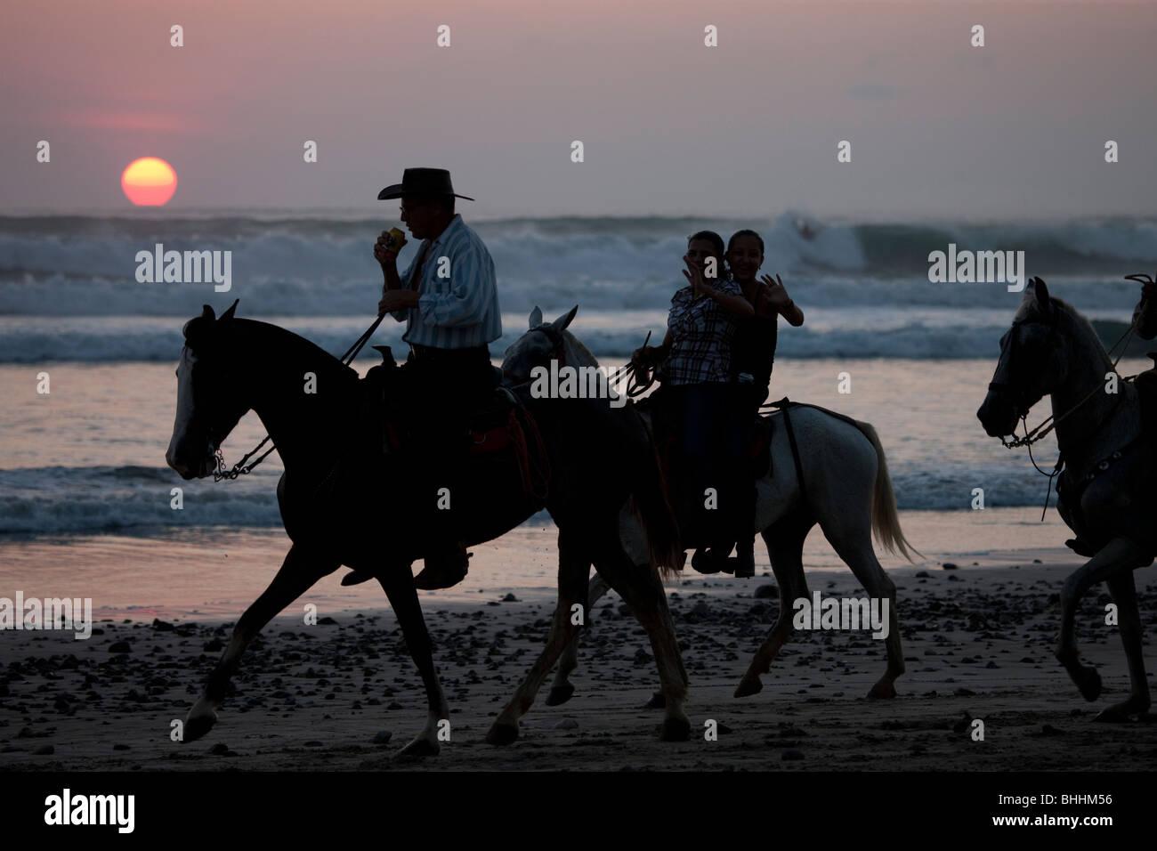 Paseos a caballo en la Playa Carmen, Puntarenas, Costa Rica Foto de stock