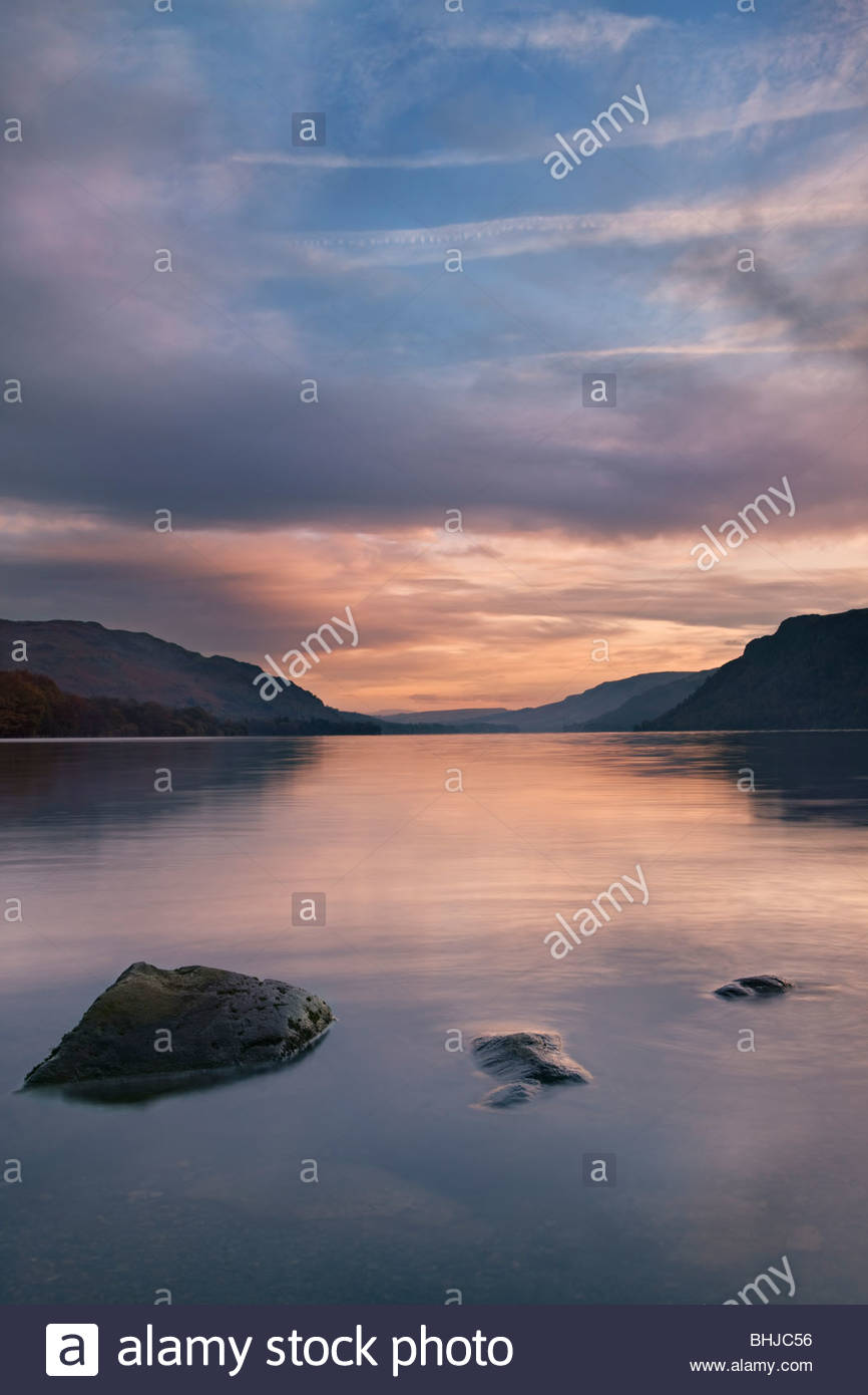 Ullswater al amanecer, Lake District National Park, Cumbria, Inglaterra, Reino Unido. Imagen De Stock