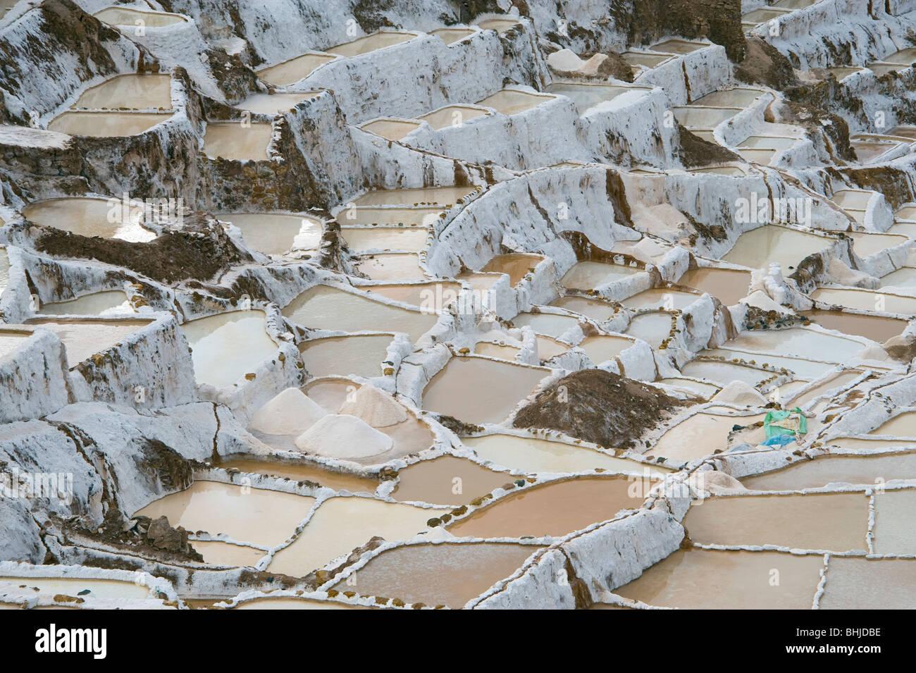 Los montones de sal en las salinas adosados en maras, cerca de Urubamba y Cuzco en Perú Imagen De Stock